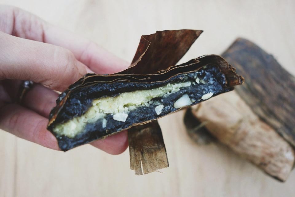 To najbardziej intrygujące spośród ciastek wypełnionych pastą z fasoli mung ;) Składają się z ciasta ryżowego zabarwionego na czarno liśćmi szczmielu białego (Boehmeria nivea, cây gai), wiórków kokosowych, sezamu, orzechów arachidowych, a czasami również ziaren lotosu. Mimo niepozornego wyglądu ciastka te odgrywają niemałą rolę w wietnamskiej kulturze i medycynie naturalnej – mają swoje miejsce w wielu rytuałach m.in. składane są w ofierze przodkom.
