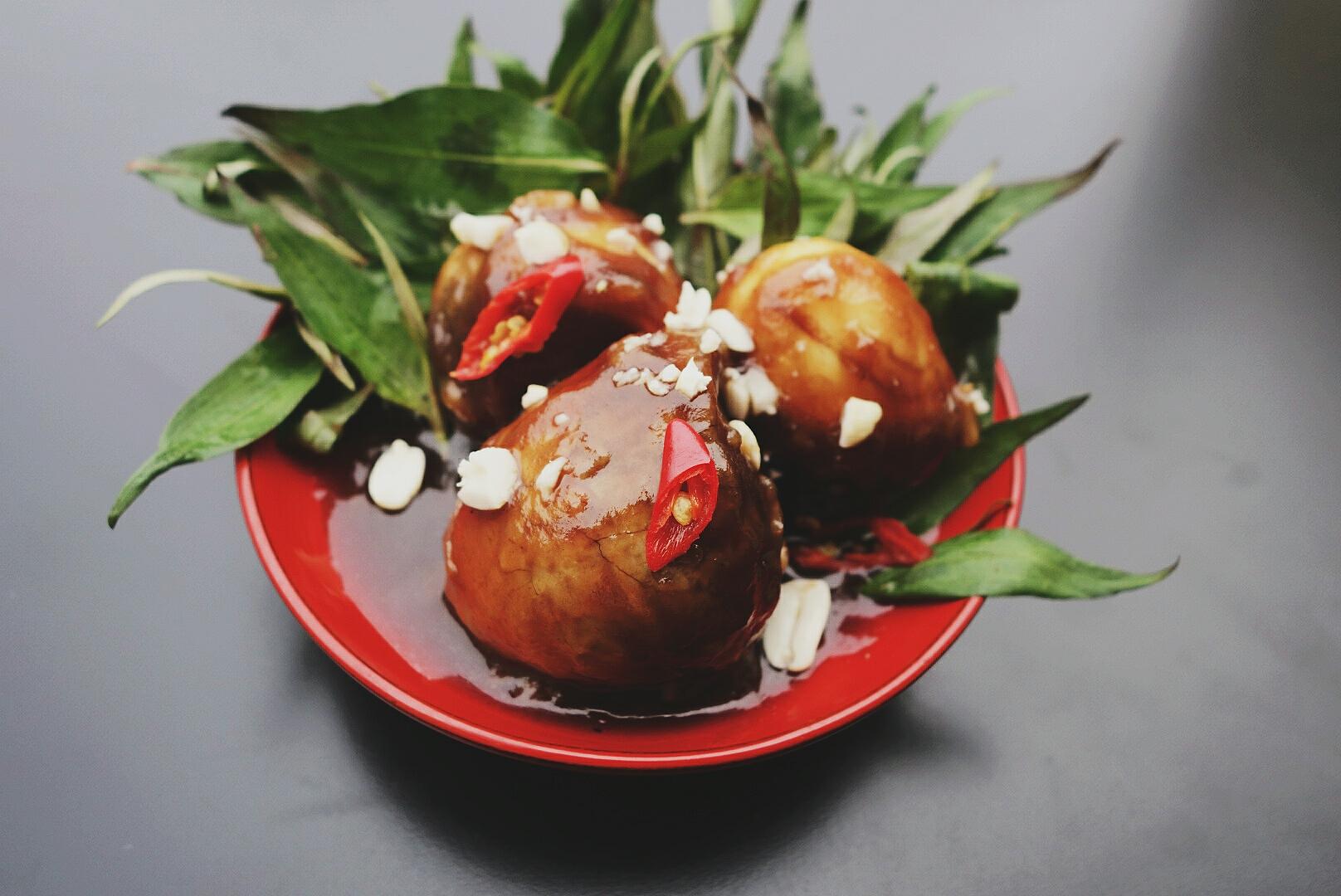 Kacze embriony smażone w sosie tamaryndowym (trứng vịt lộn xào me)