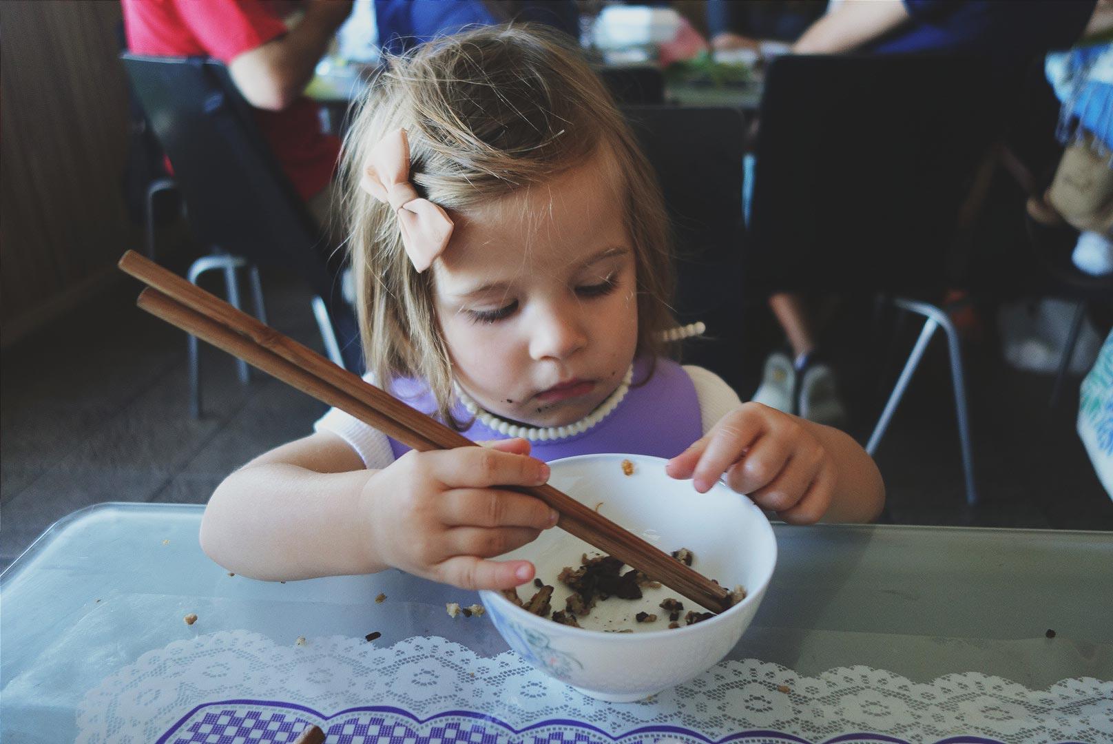Jak nauczyć dziecko jedzenia pałeczkami?