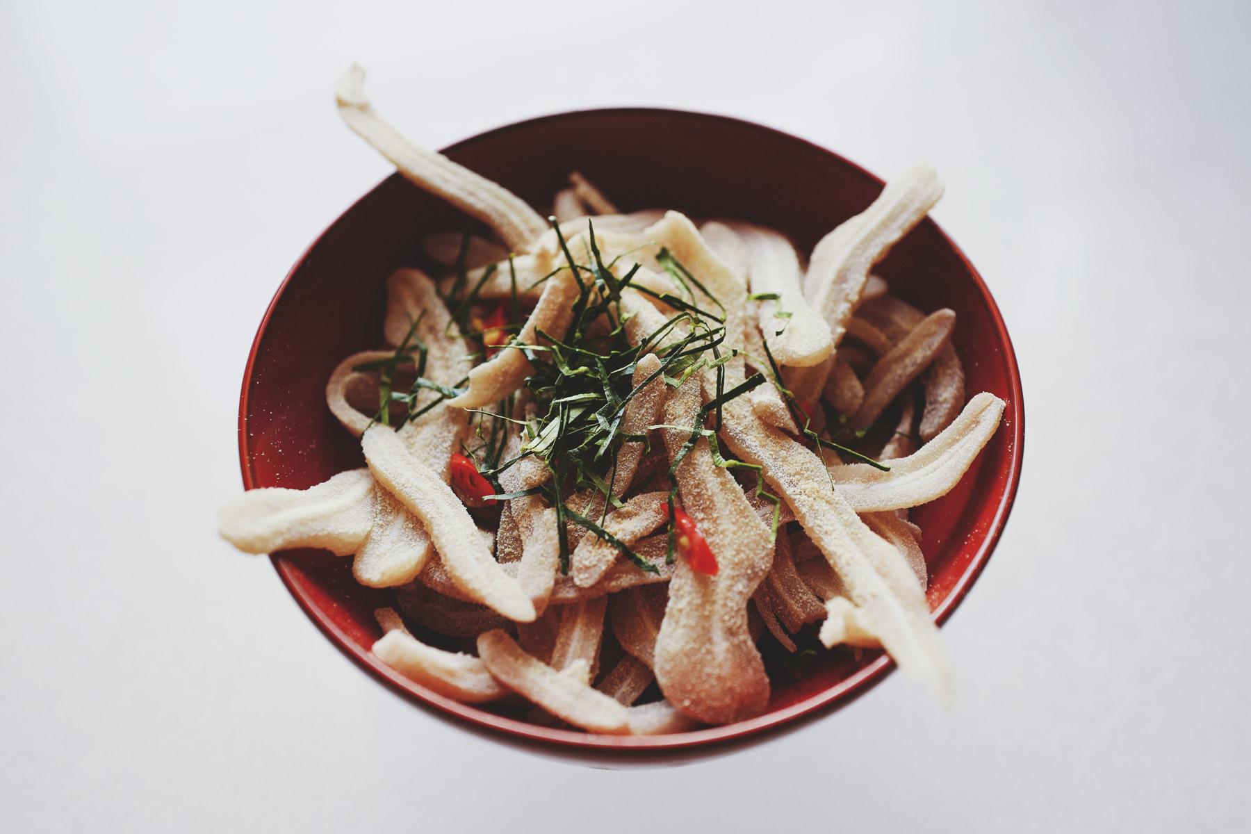 Świńskie uszy z liśćmi limonki (nem tai trộn thính)