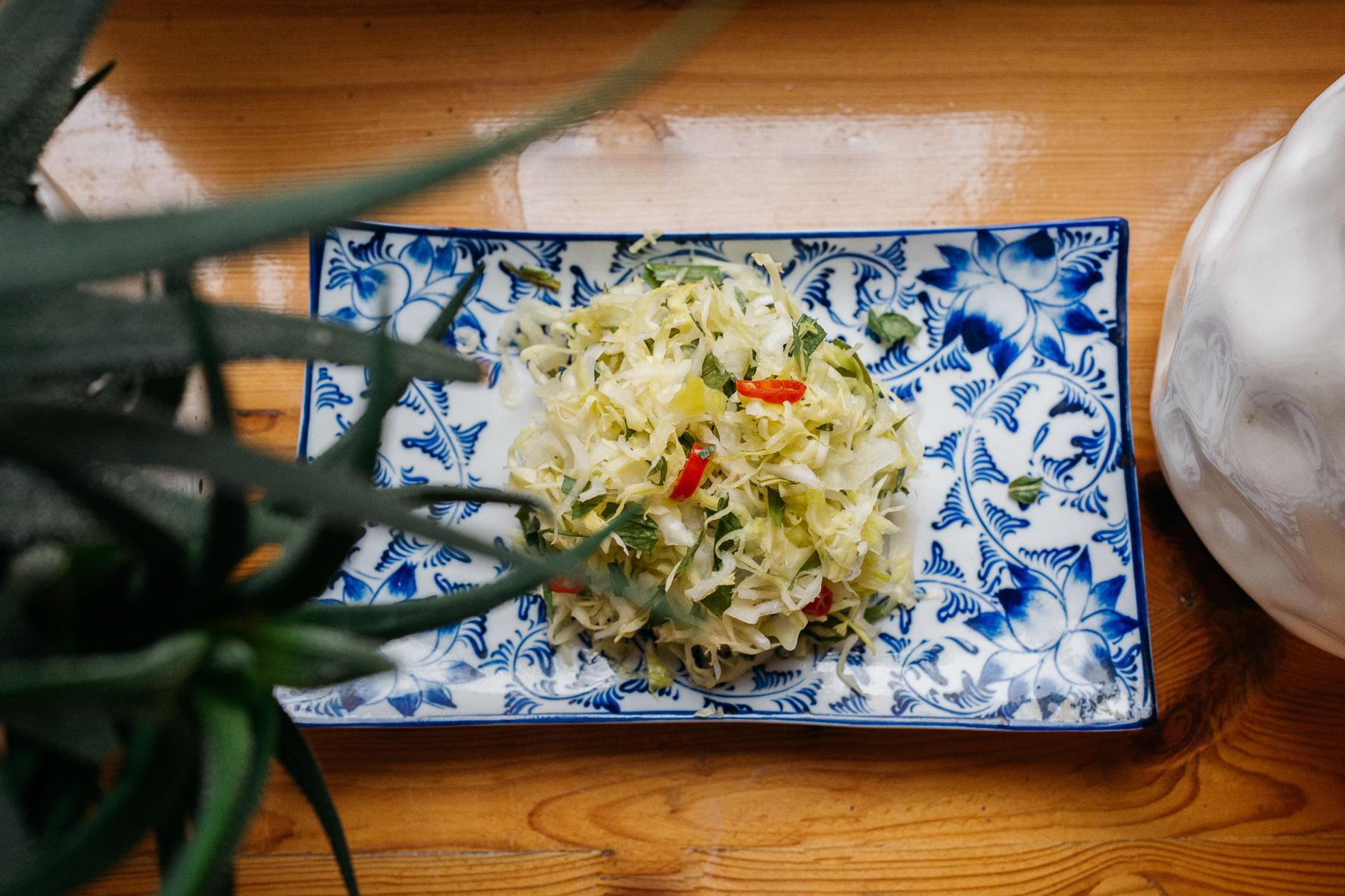 kiszona kapusta z kolendrą wietnamską (muối dưa bắp cải rau răm)