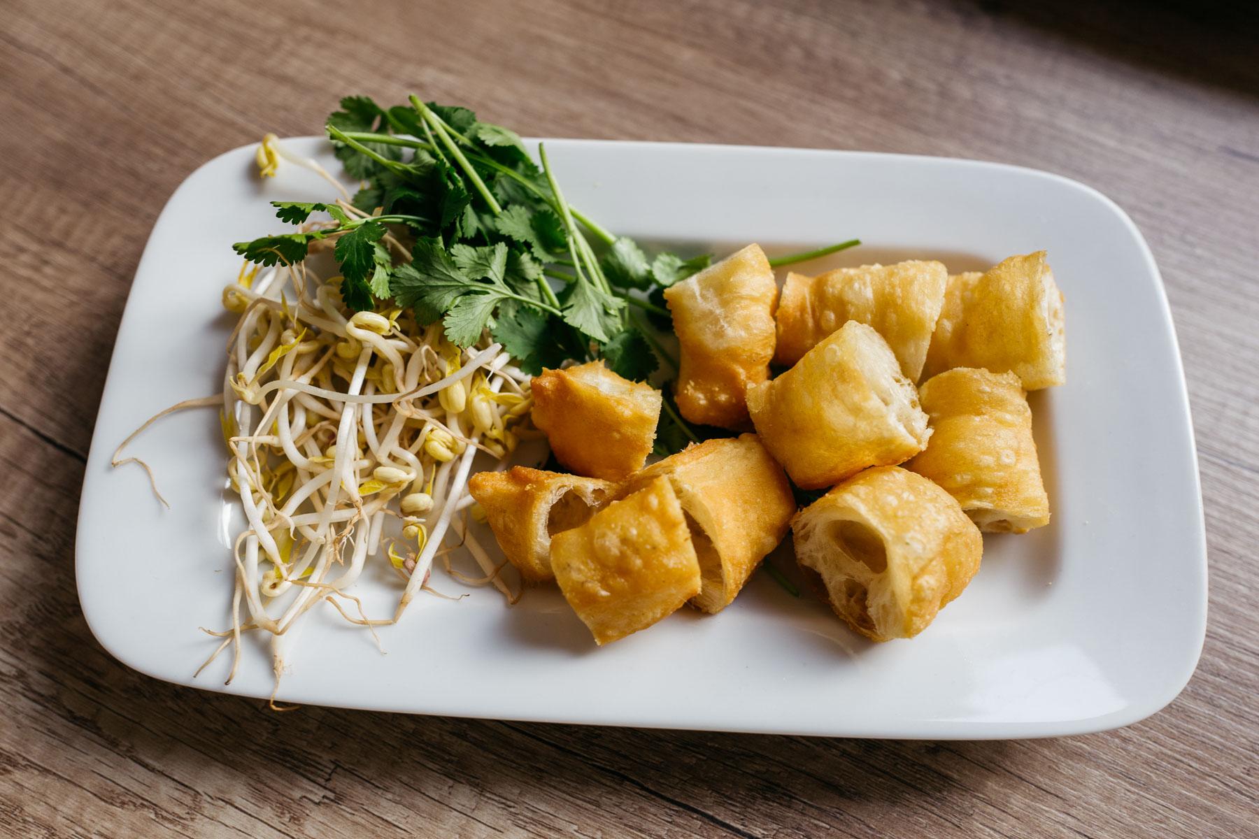 quẩy (paluszki drożdżowe, kiełki, zioła)