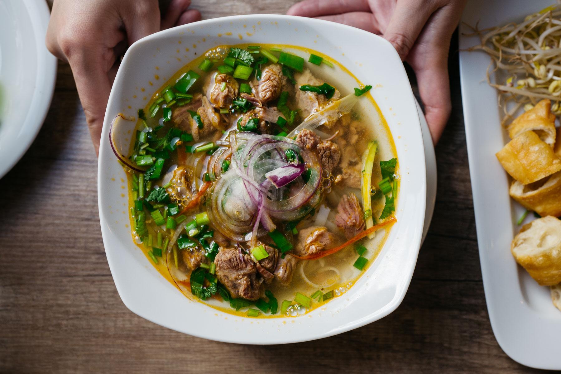 phở (z wołowiną duszoną w winie)