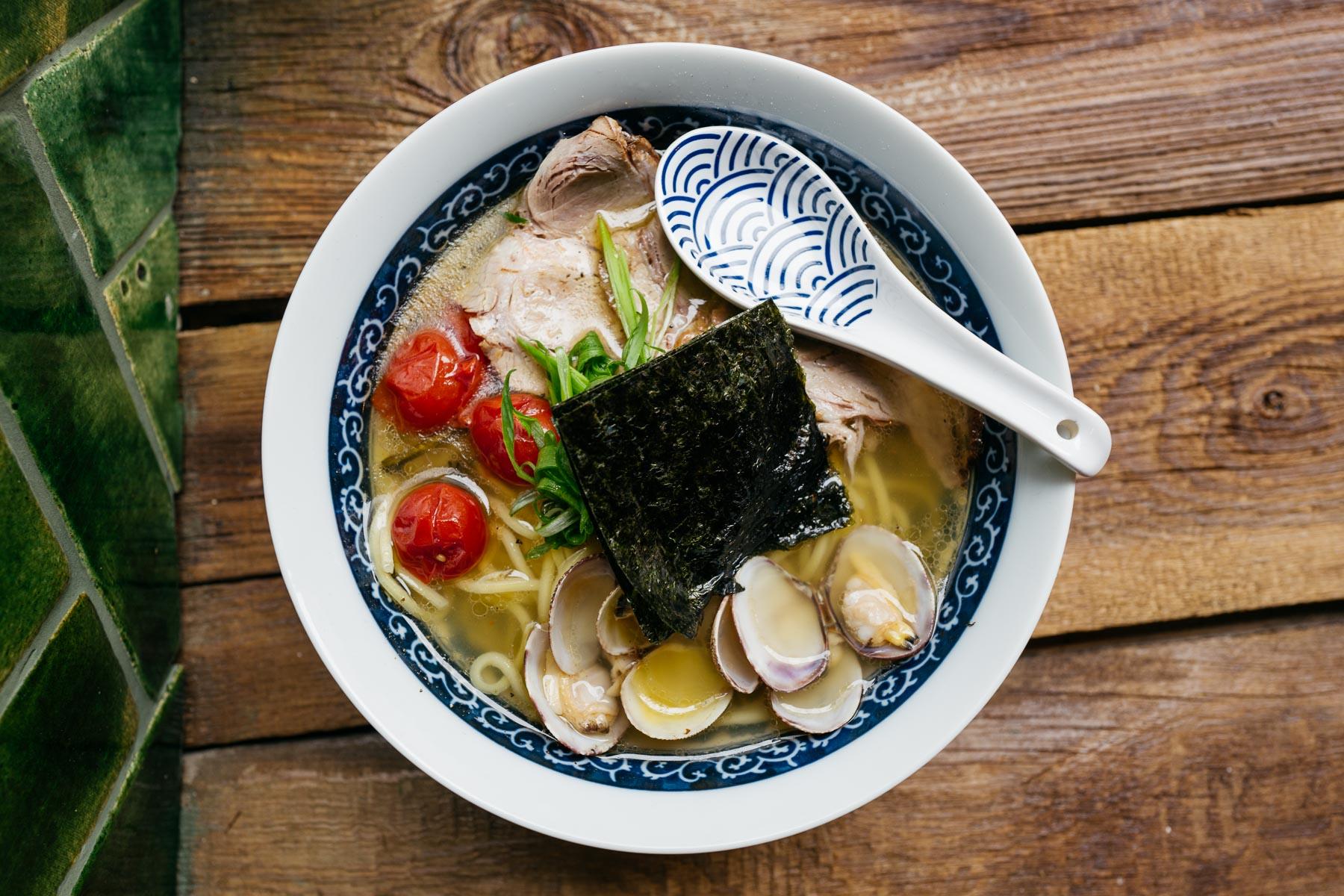 shio ramen (chashu, muszle sercówki, pomidorki cherry, szczypior, naruto) - 32 zł (Arigator Ramen Shop)