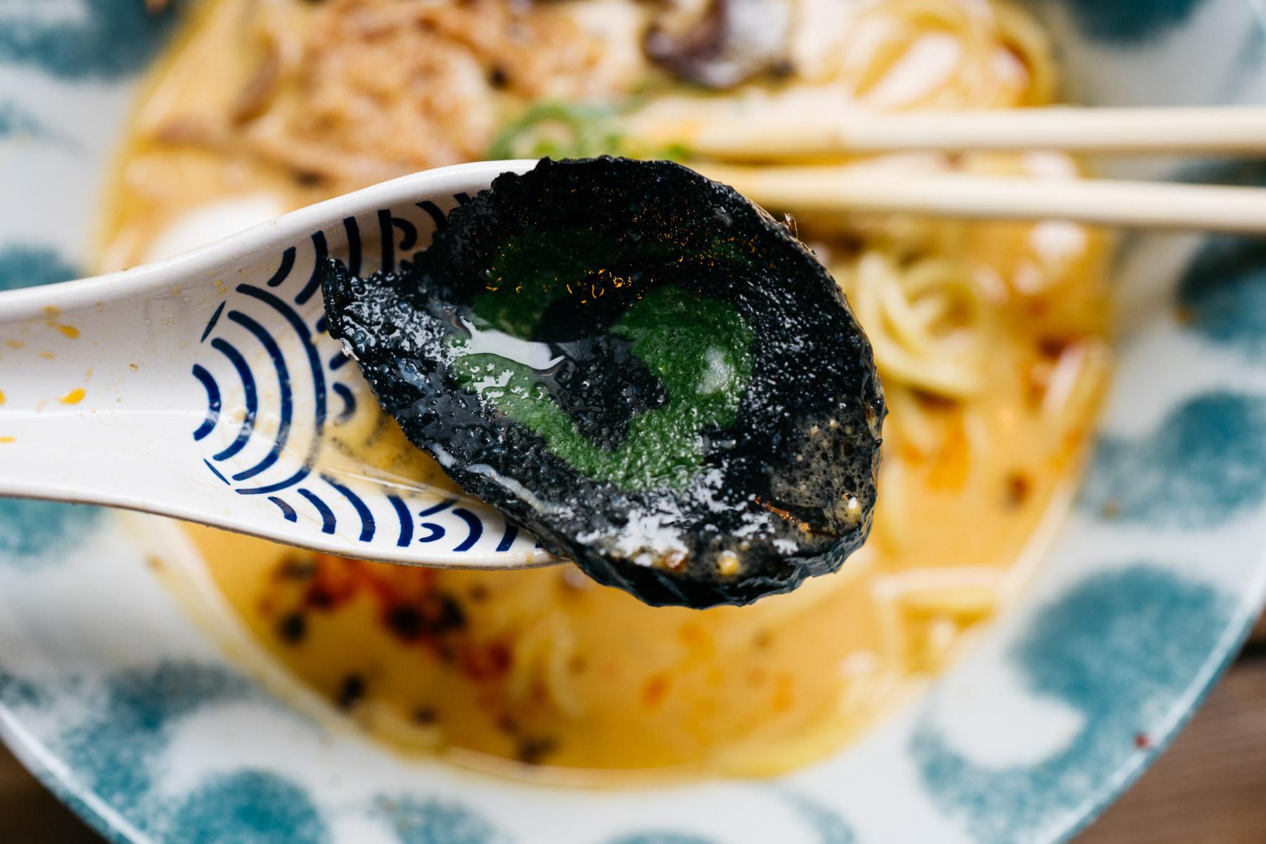 BBQ spicy miso ramen (wieprzowina BBQ, grzyby shitake, palona dymka, naruto, jajko) - 32 zł (Arigator Ramen Shop)