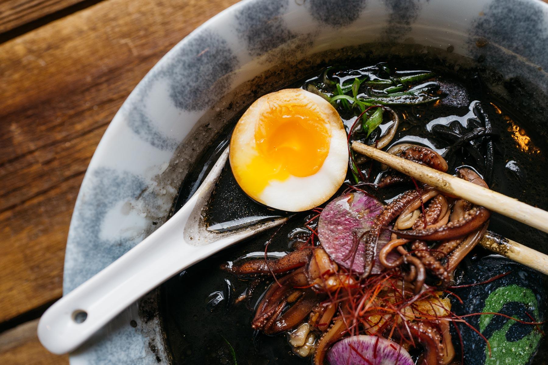 tantan kuro ramen (dorsz, kalmar, naruto, jajko, szczypior, rzepa arbuzowa) - 32 zł (Arigator Ramen Shop)