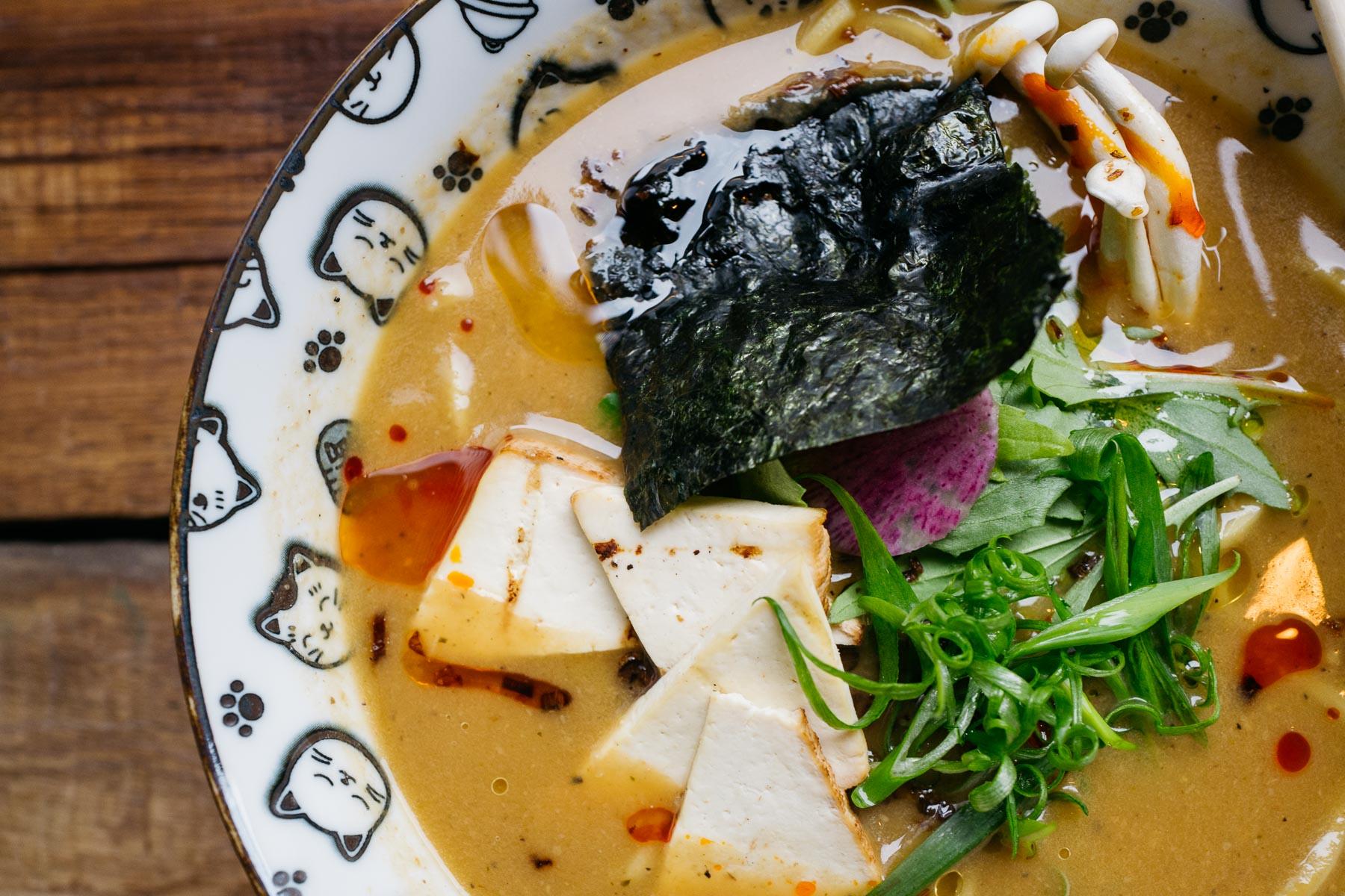 veggy shoyu ramen (wędzone tofu, musztardowiec, grzyby shitake, por, szczypior) - 32 zł (Arigator Ramen Shop)
