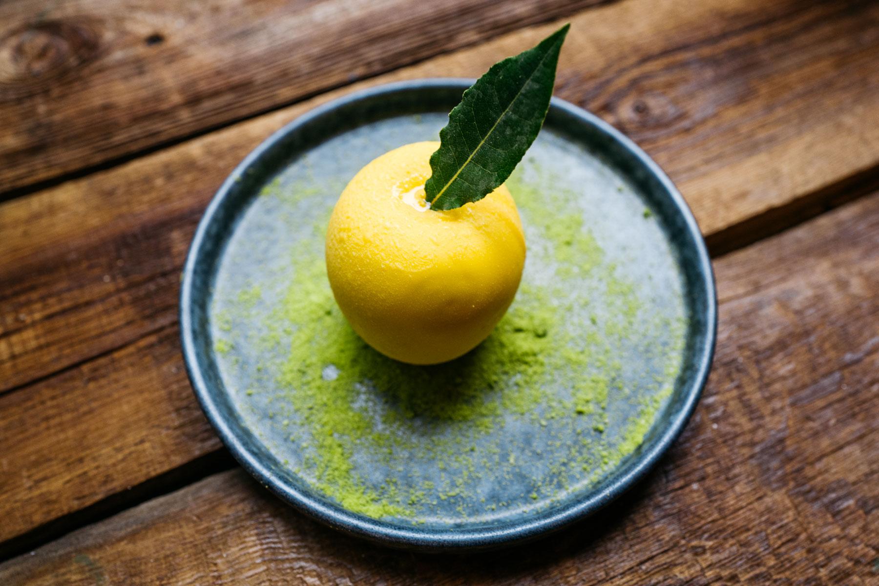 yuzu fruti (krem yuzu, kolendra, chrupki czekoladowe) - 20 zł (Arigator Ramen Shop)