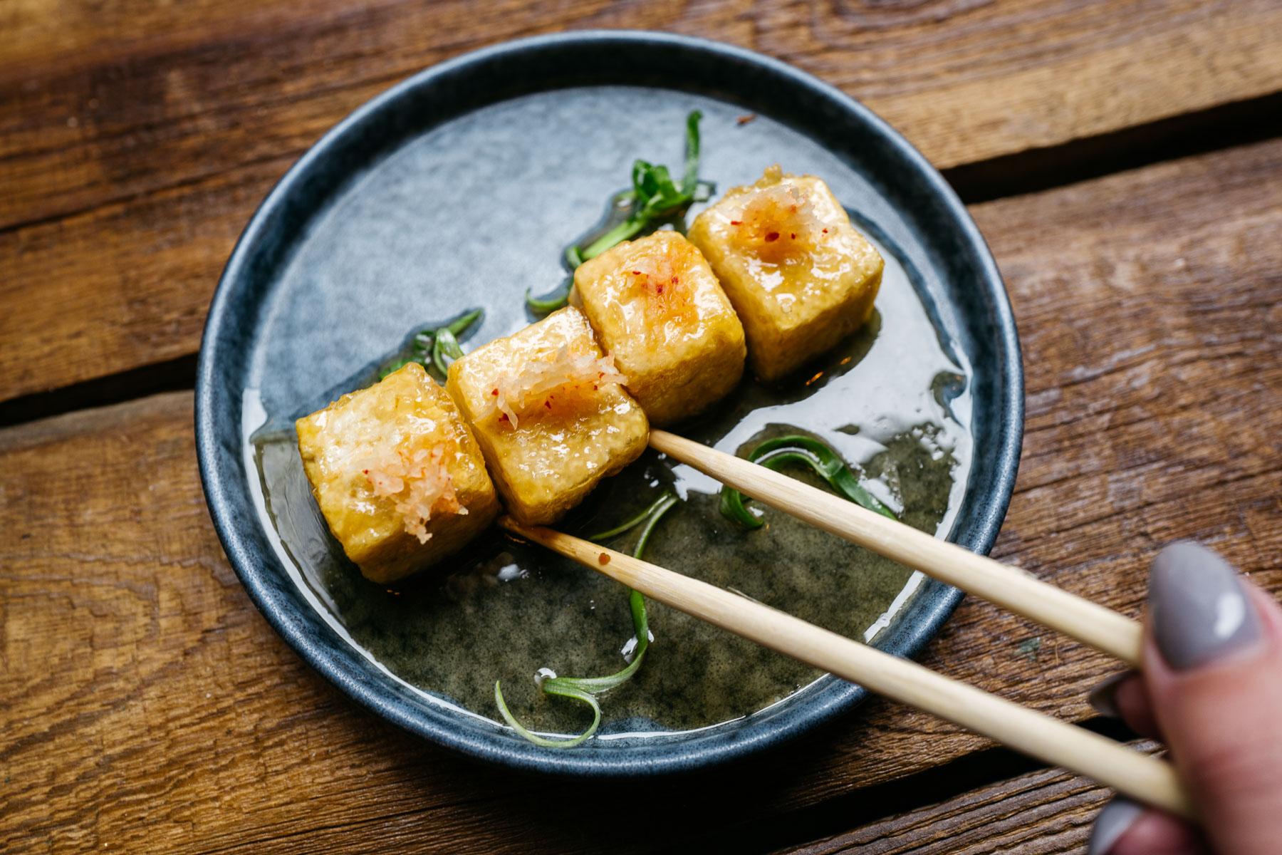 smażone tofu, sos na bazie sosu sojowego, rzepa biała - 14 zł (Arigator Ramen Shop)