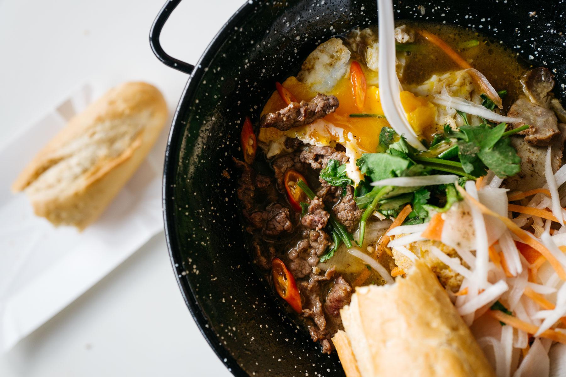 Mix na gorącym półmisku (Banh mi Viet)