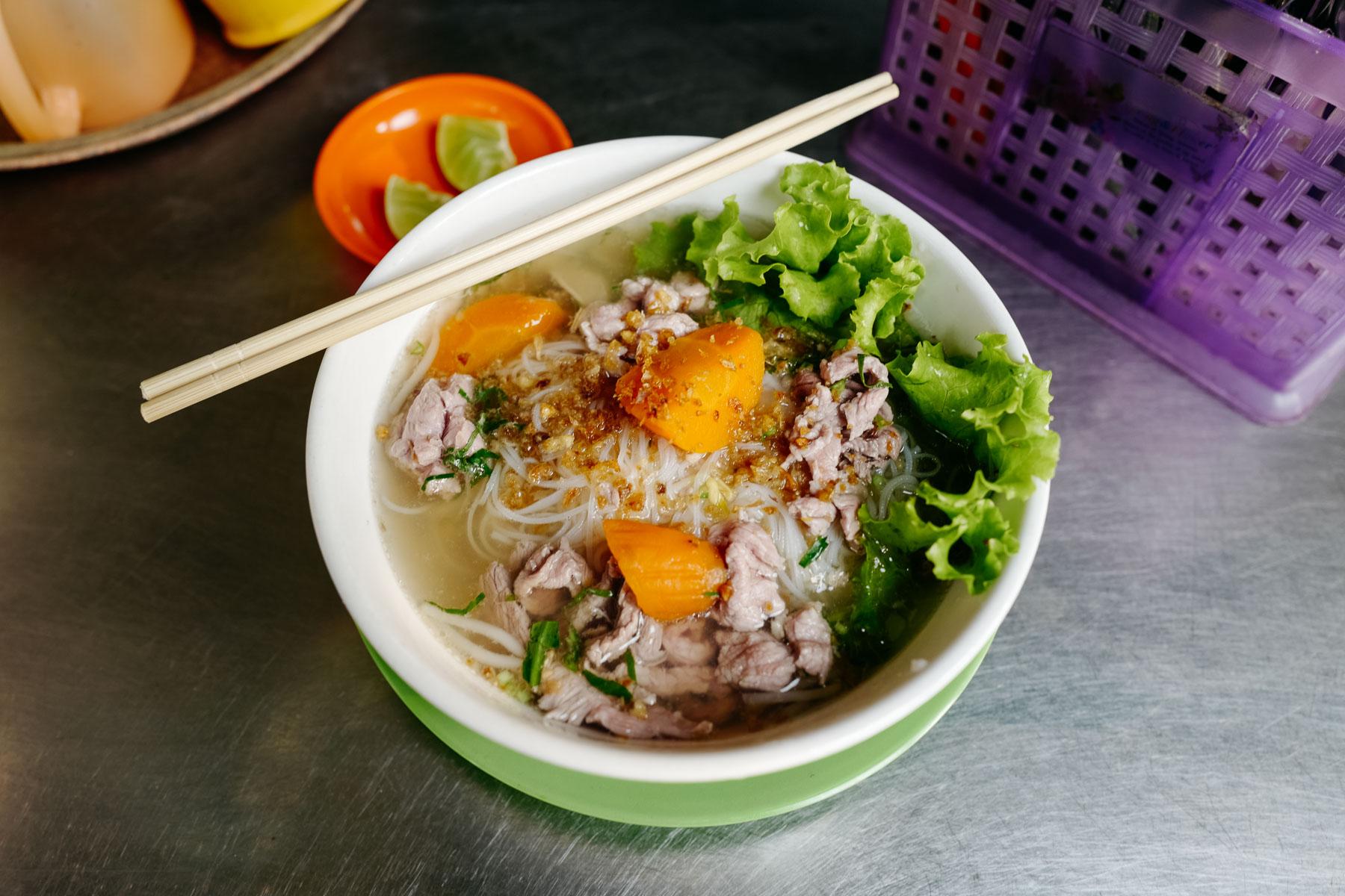 Zupa wieprzowa z makaronem ryżowym (Kuy Teav, គុយទាវ)