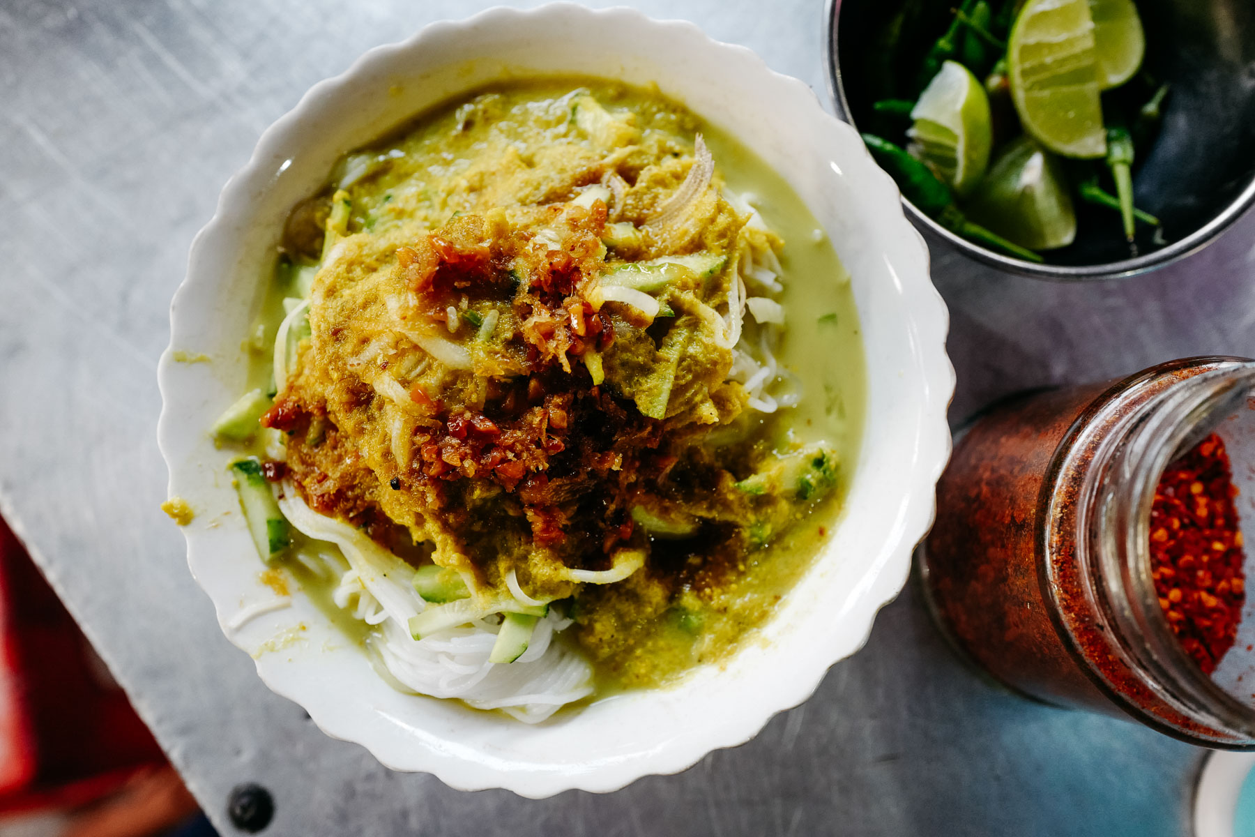 Makaron ryżowy z zielonym rybnym curry (Nom banh chok, នំបញ្ចុក)