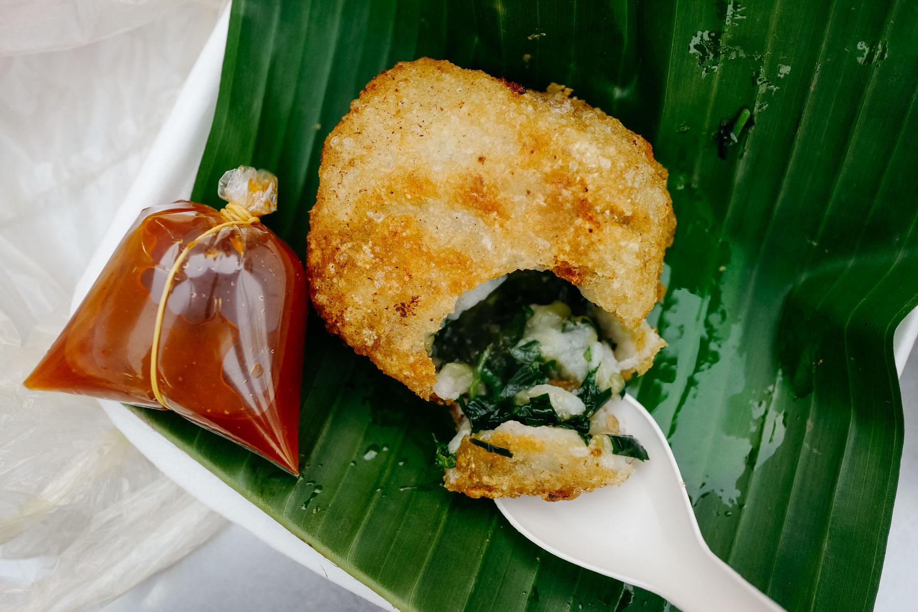 Smażone ciastka ryżowe ze szczypiorkiem (nom ka chay, នំកាឆាយមូល)