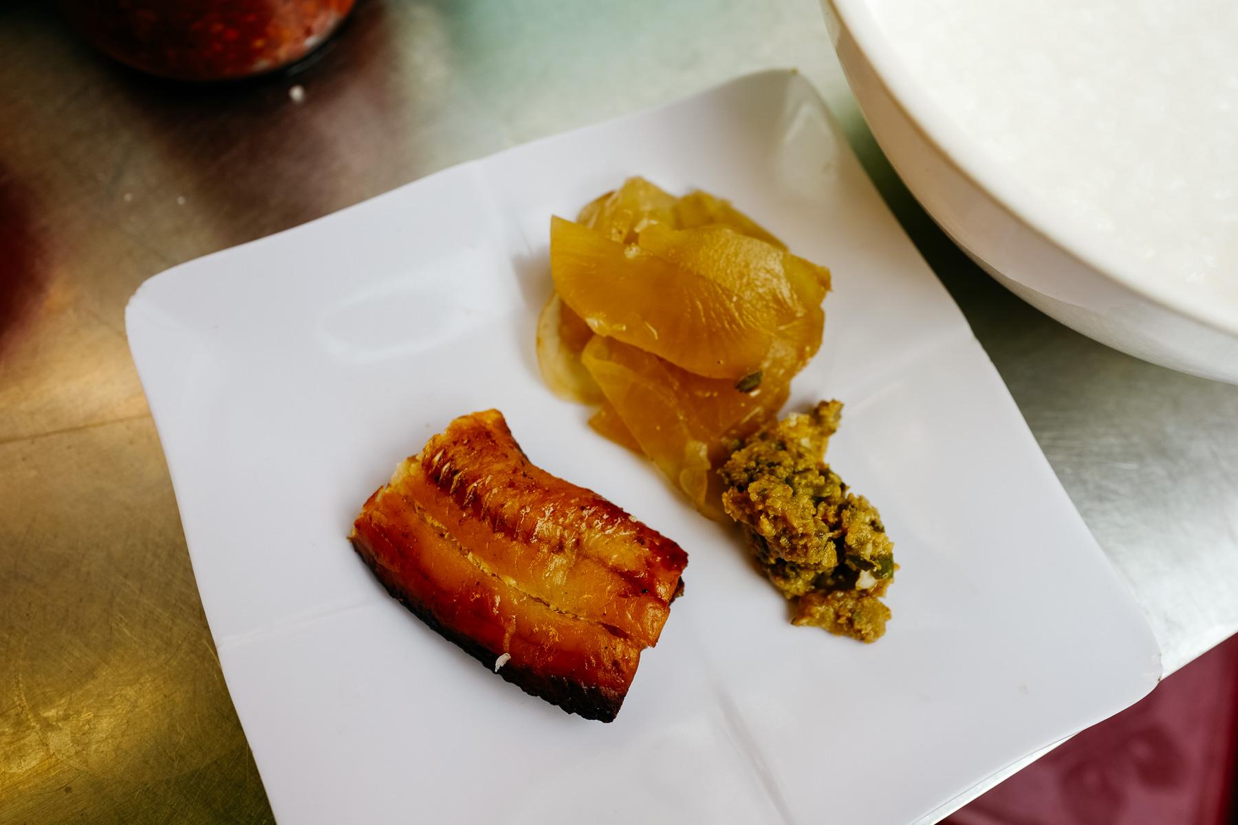 Kleik ryżowy z rybą (Bobosor Trey Ngeat, បបរសត្រីអាំង)