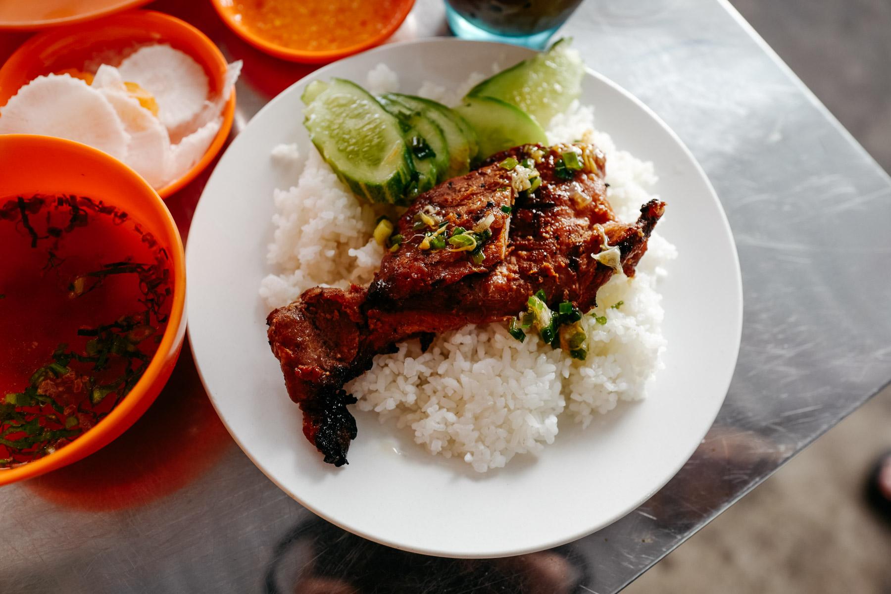 Grillowana wieprzowina z ryżem (Bai sach chrouk, បាយសាច់ជ្រូក)