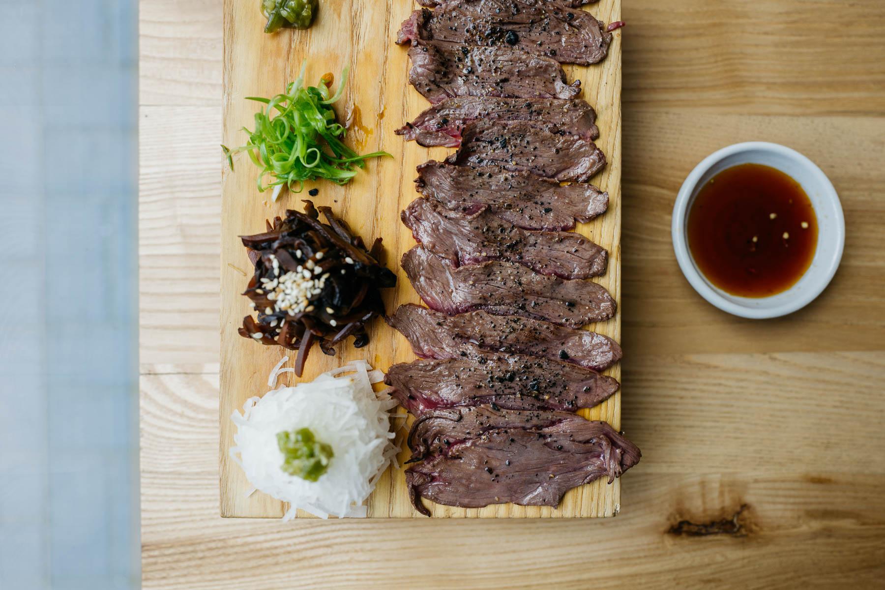 """""""Wołowina - plastry marynowanej i opalanej wołowiny z rzepą daikon, grzybami shiitake i wasabi"""""""