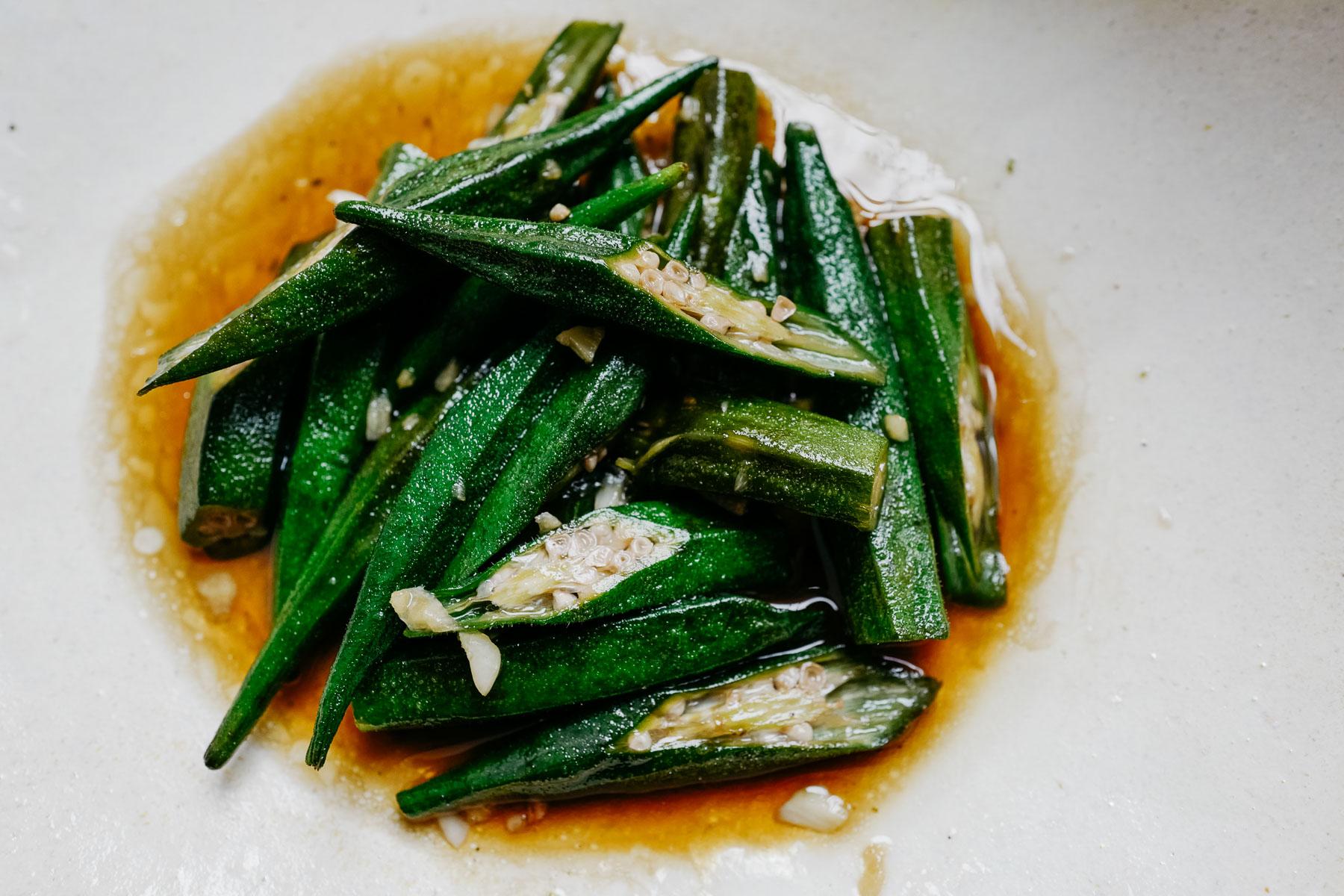 okra smażona z czosnkiem (đậu bắp xào tỏi)