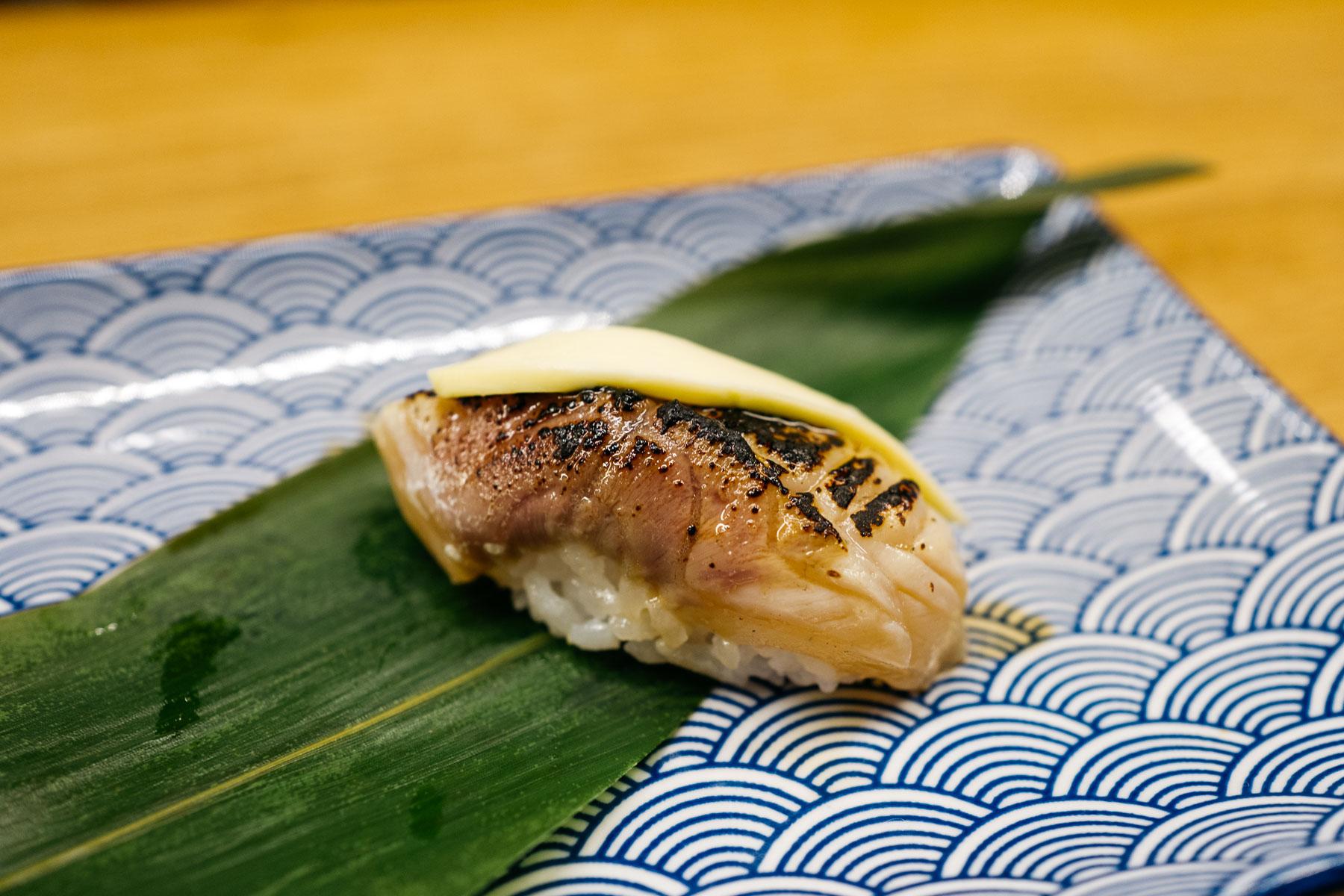 Sayko miso suzuki (młody okoń morski z osełką)