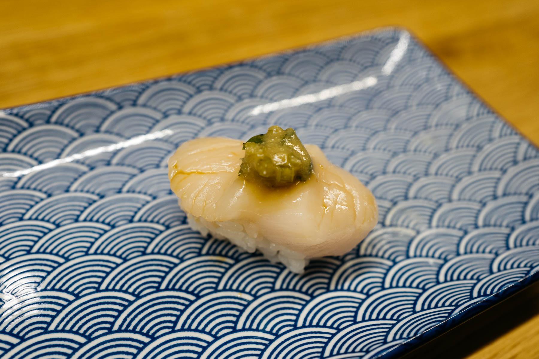 Miso kizami wasabi hotate (przegrzebek z pędami wasabi marynowanymi w miso)
