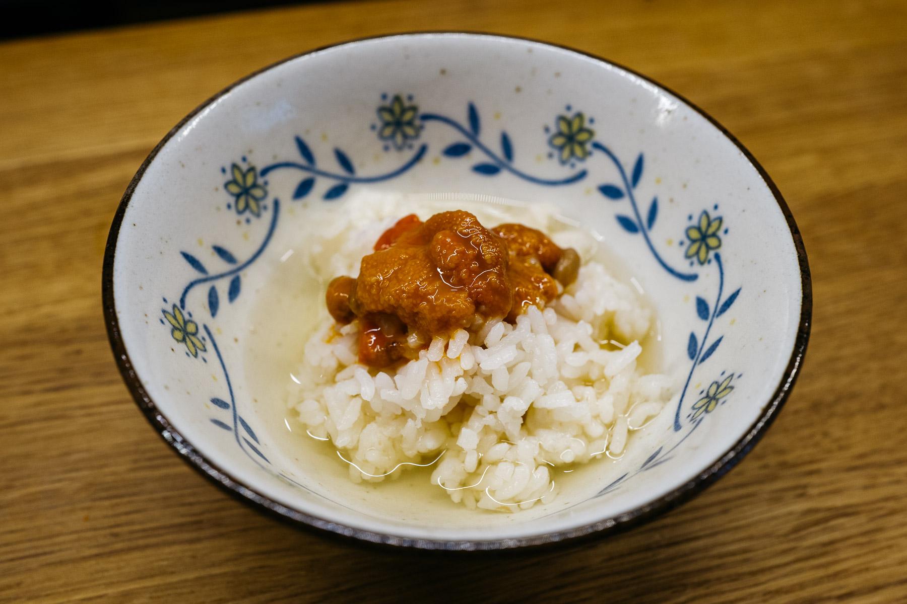 Uni-don (fermentowane z natto gonady jezowcow atlantyckich na gładkim ryżu z genmaichą)