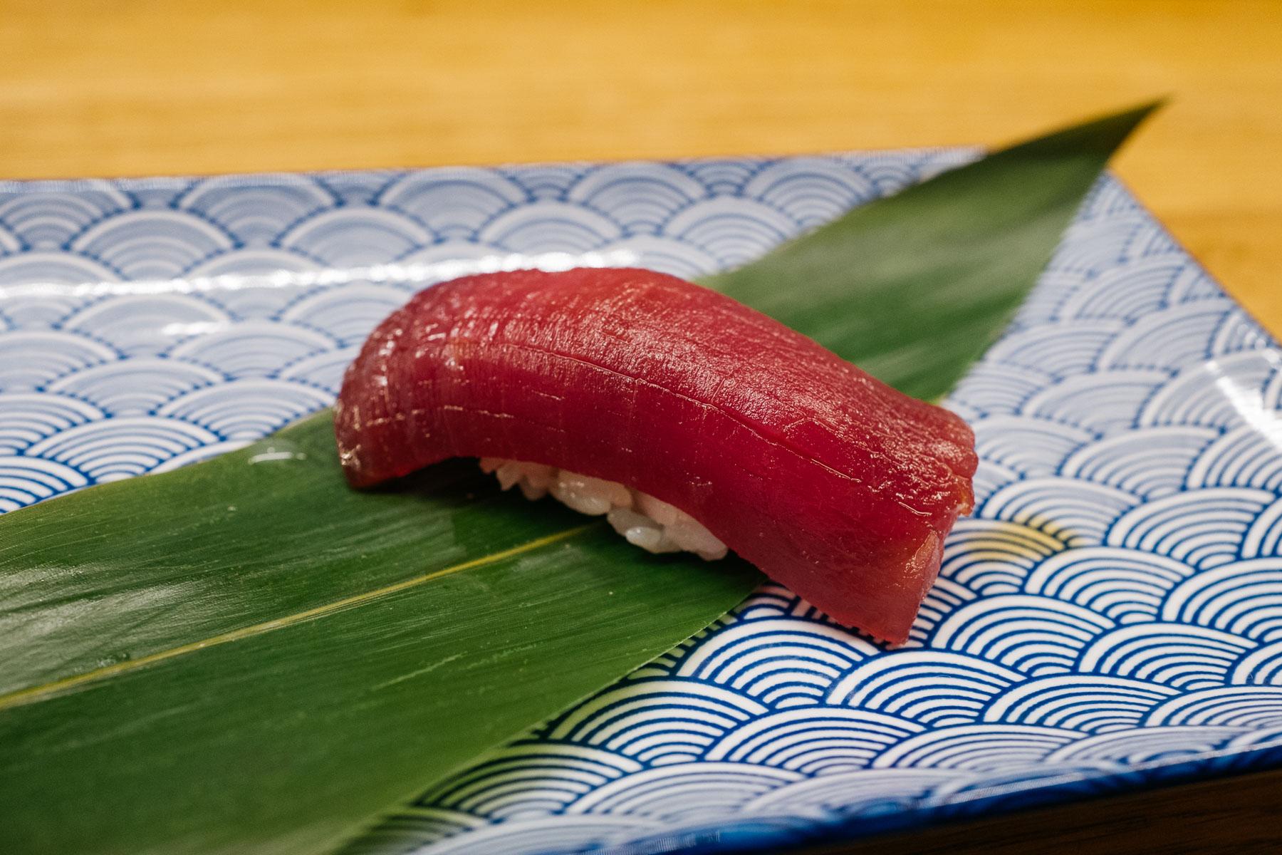 Zuke akami (marynowany tuńczyk)