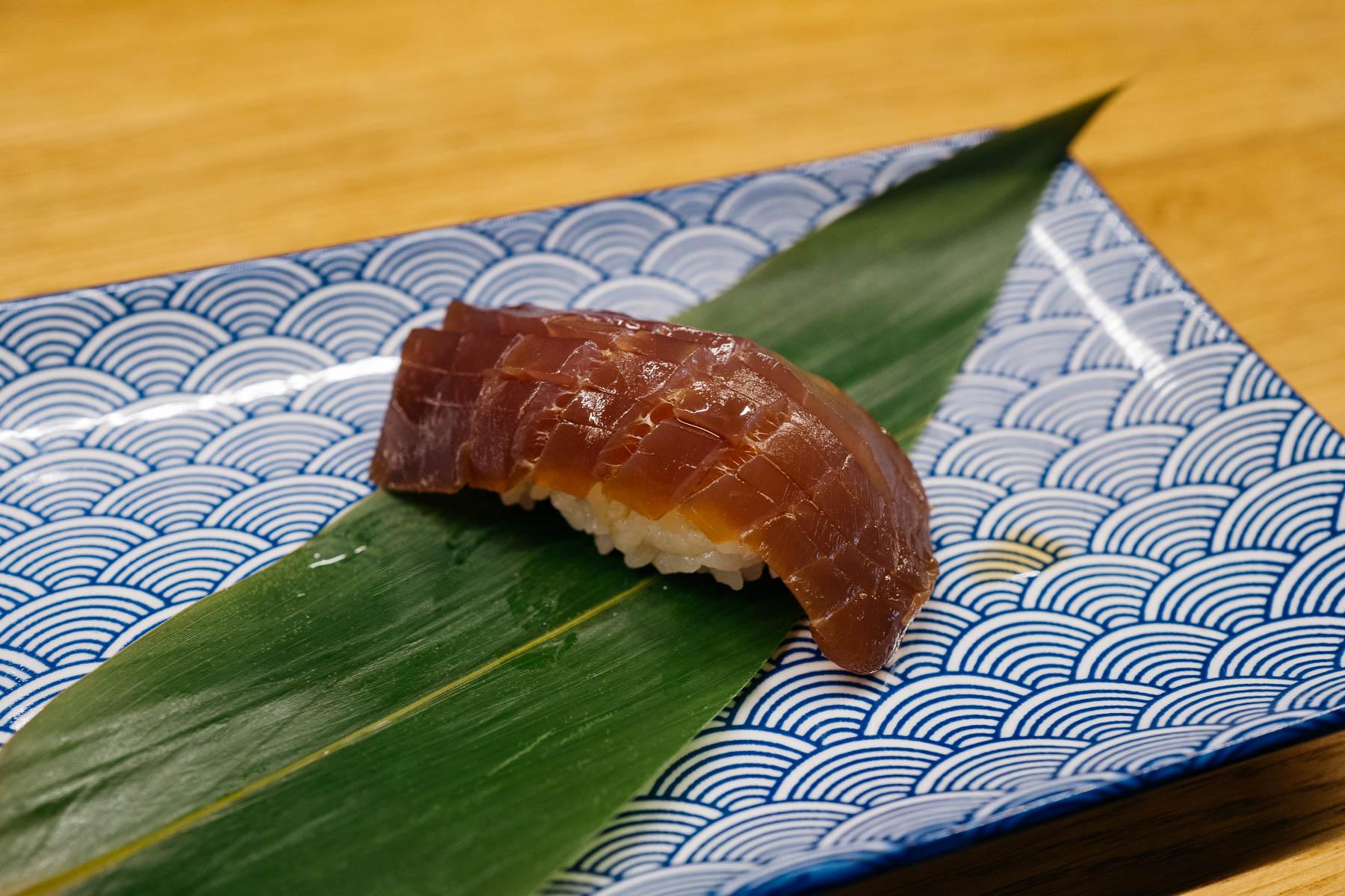 Sezonowane zuke akami (tuńczyk yellowfin)
