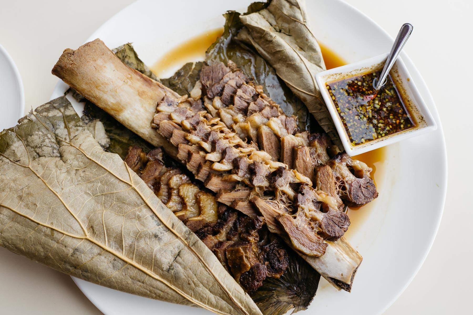 Żebro wołowe na parze w liściu lotosu (yi pin niu lei gu, 一品牛肋骨)
