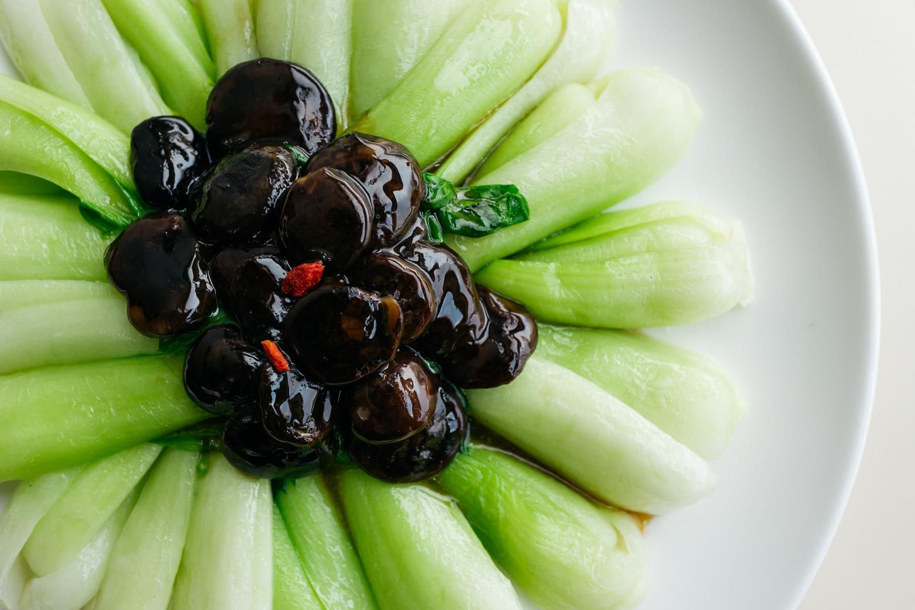 Kapusta pak choi z grzybami shitake (xiang gu pa xiang gu cai, 香菇扒香菇菜)