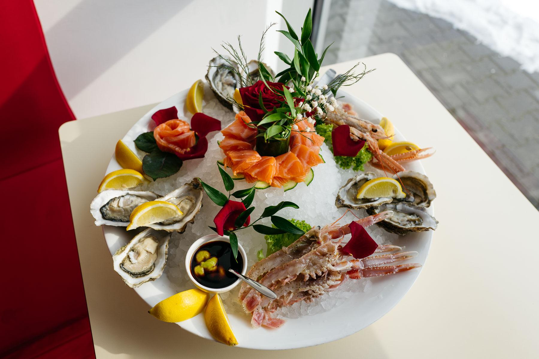 Ostrygi na zimno (sheng hao, 生蚝), łosoś surowy w plastrach (san wen yu, 三文鱼 ), homarzce surowe (xin xi lan xiao long xia, 新西兰小龙虾)