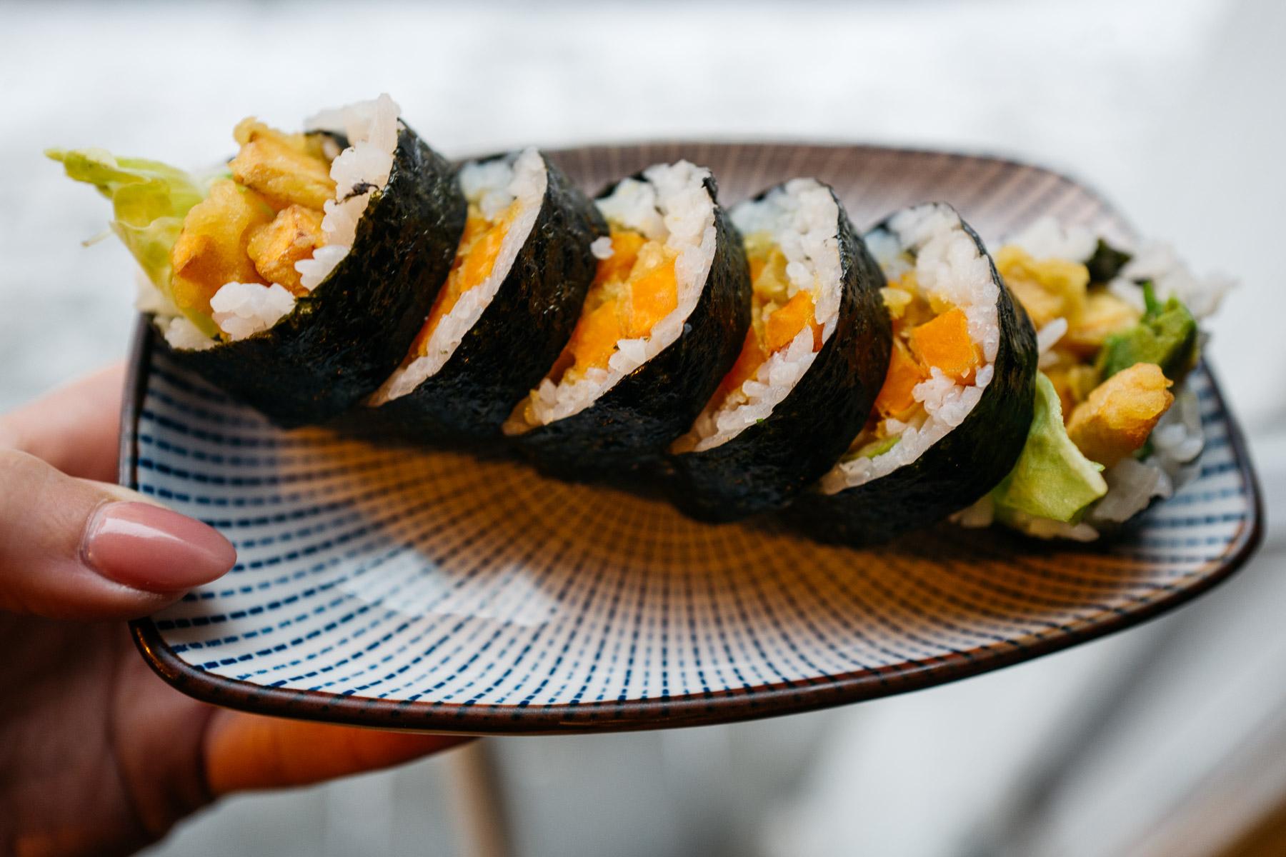Futomaki z dynią w tempurze, awokado, ogórkiem, grzybami shitake i sałatą