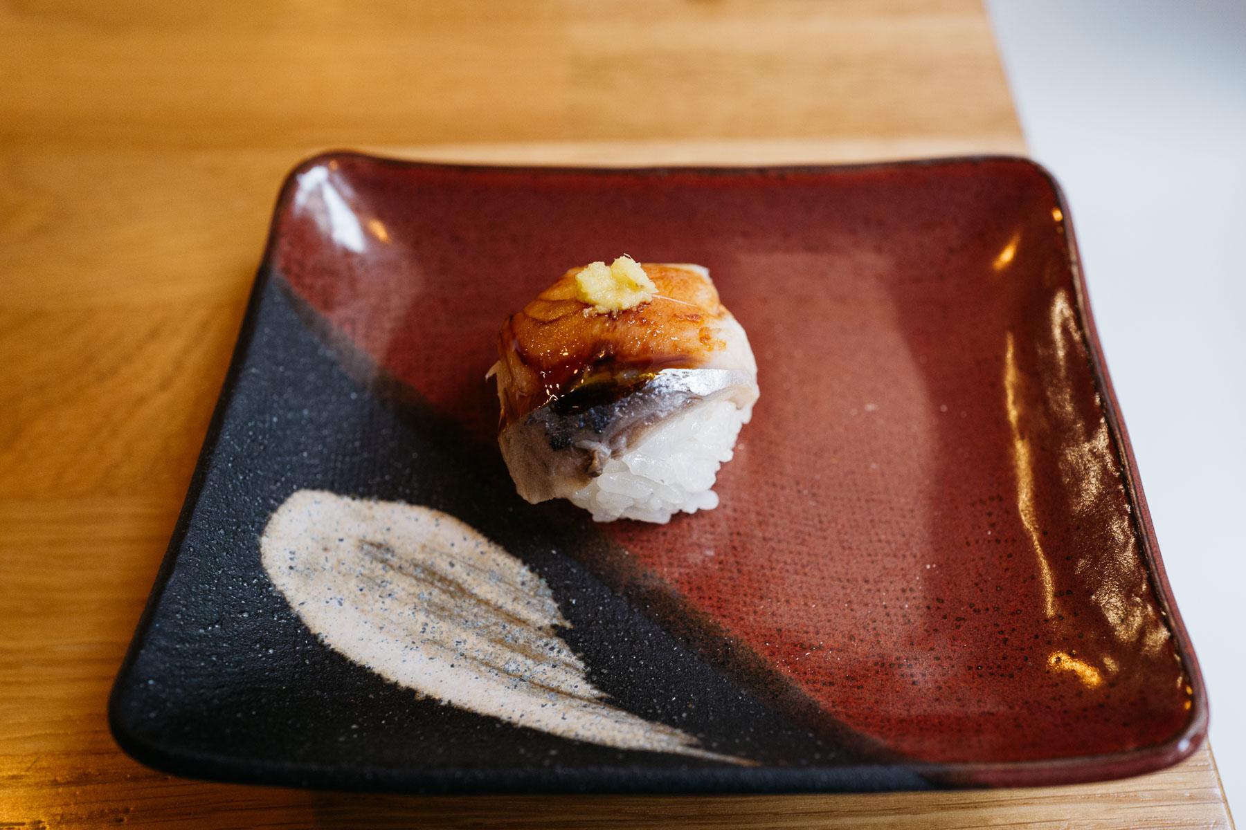 Temari z marynowaną makrelą i słodkim sosem