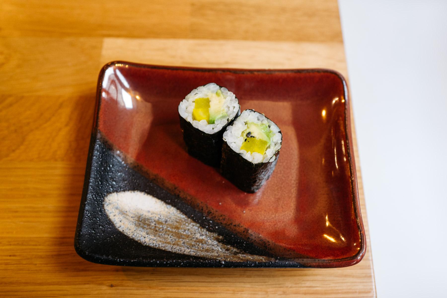 Hosomaki z marynowaną rzodkwią i awokado