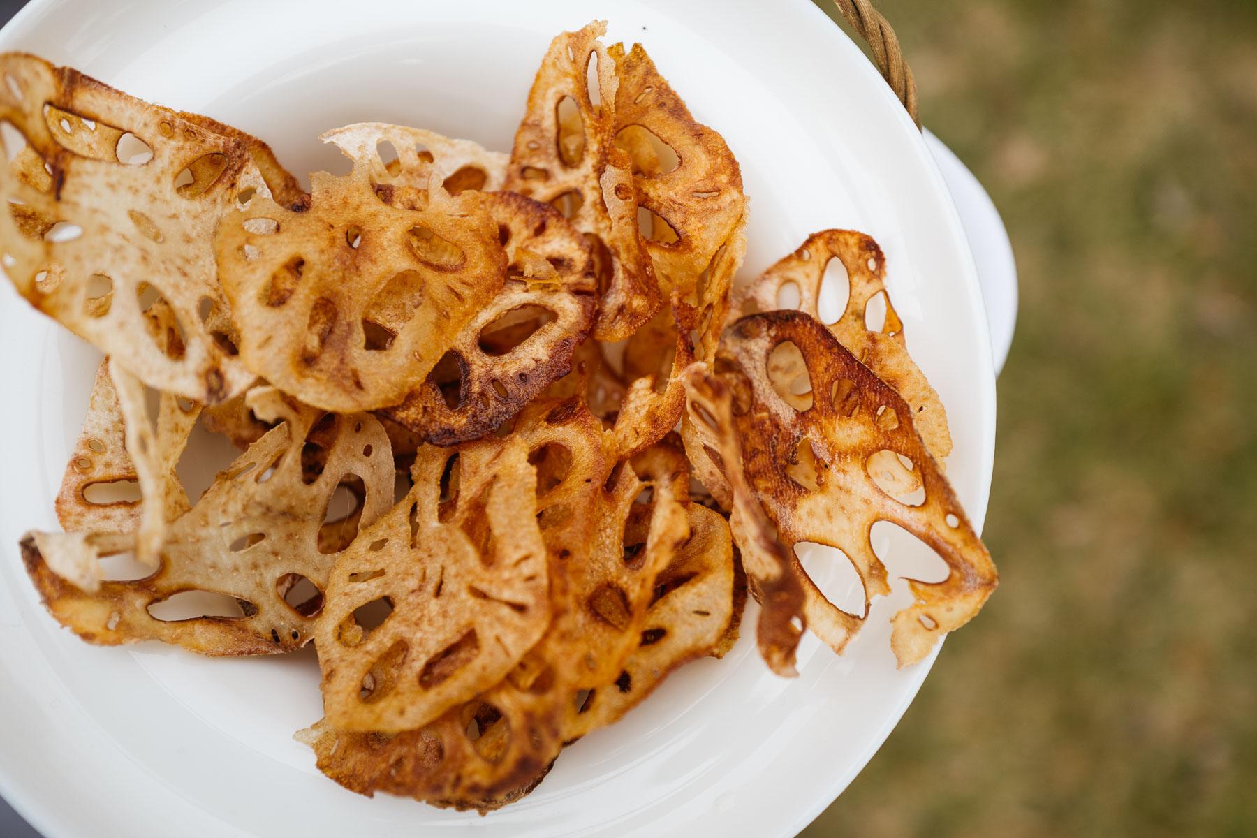 Smażone chipsy z kłącza lotosu