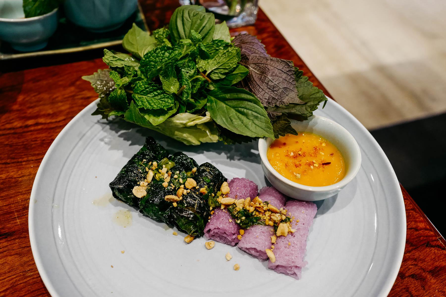 wołowina w liściach pieprzowca (bò Wagyu nướng lá lốt)