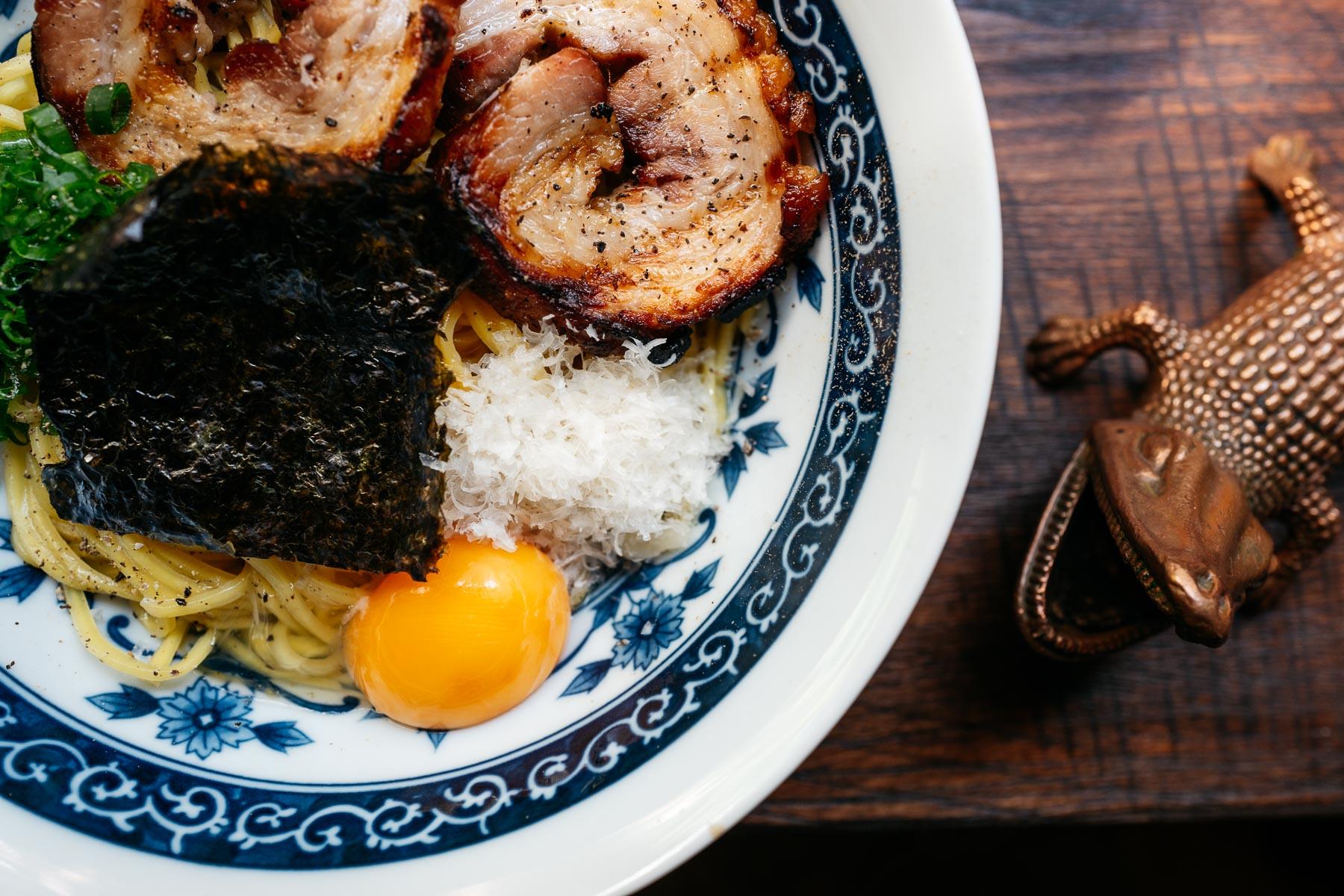 Carboramen (boczek chashu, żółtko, parmezan, zielona część dymki, nori) – 30 zł