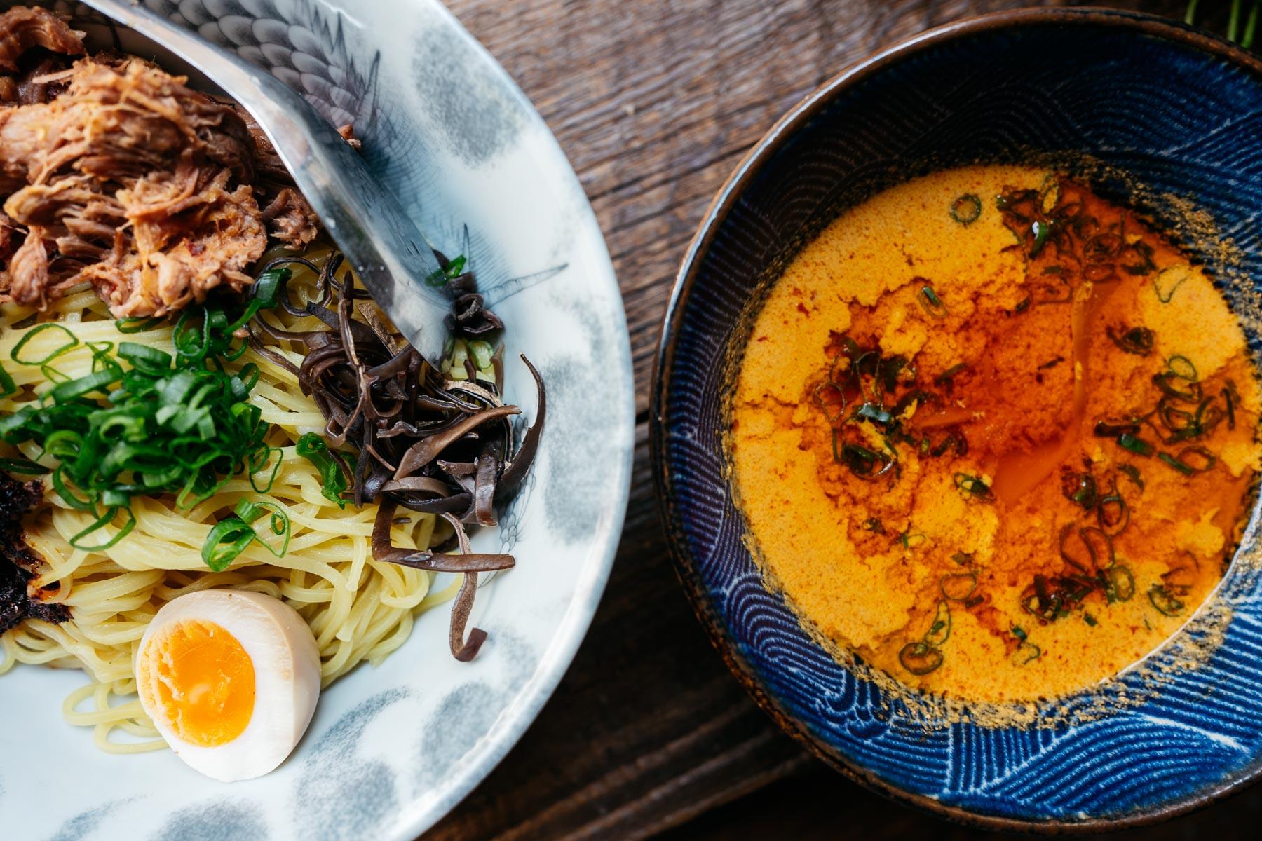BBQ yuzu tsukemen (karkówka BBQ, grzyby mun, jajko, zielona część dymki, nori) – 30 zł