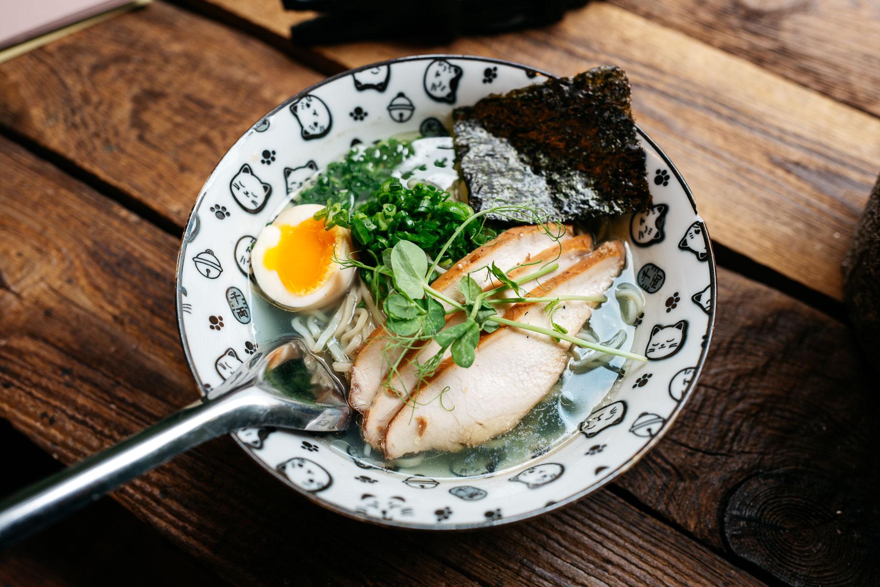 Shio blue ramen (pierś kurczaka, szczypior, jajko - 35 zł)