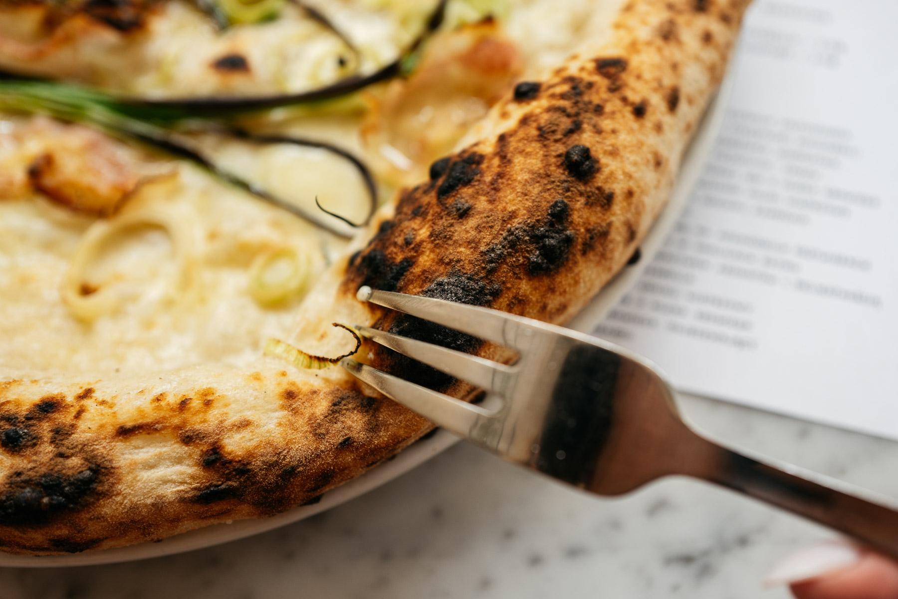 pizza bianca - guanciale, por, szczypiorek, oliwa czosnkowa