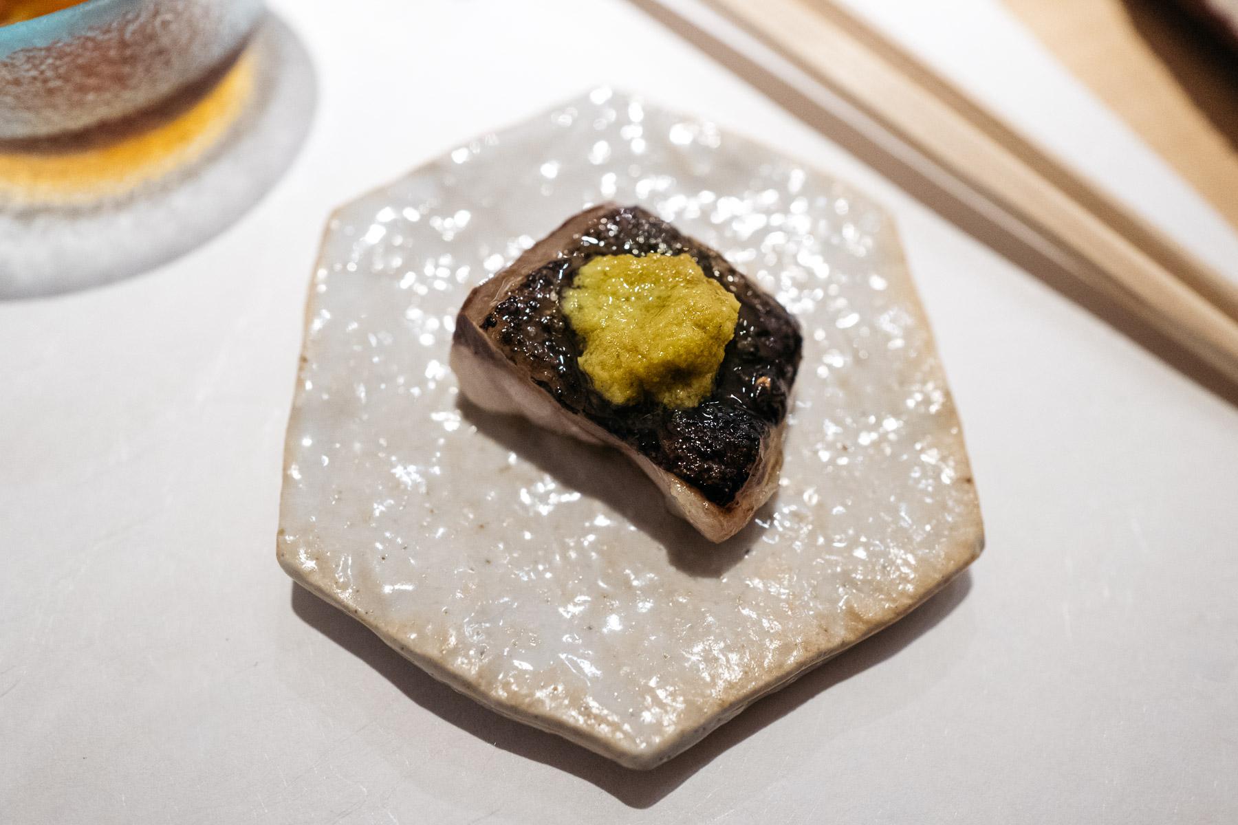 Kuro mutsu (pieczony, z wasabi i sosem sojowym)