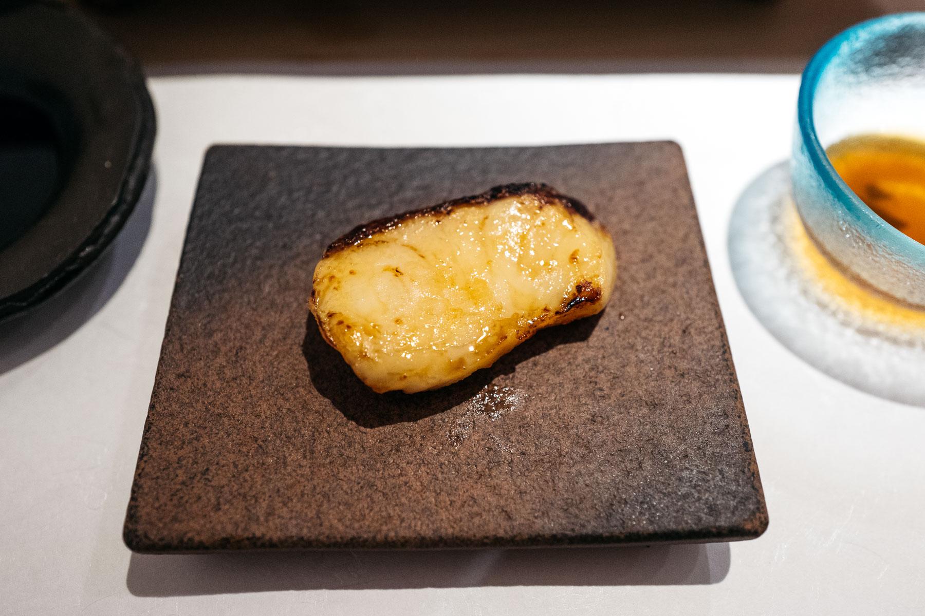 kare sole (tłusty rodzaj, marynowany w saykyo miso i pieczony)