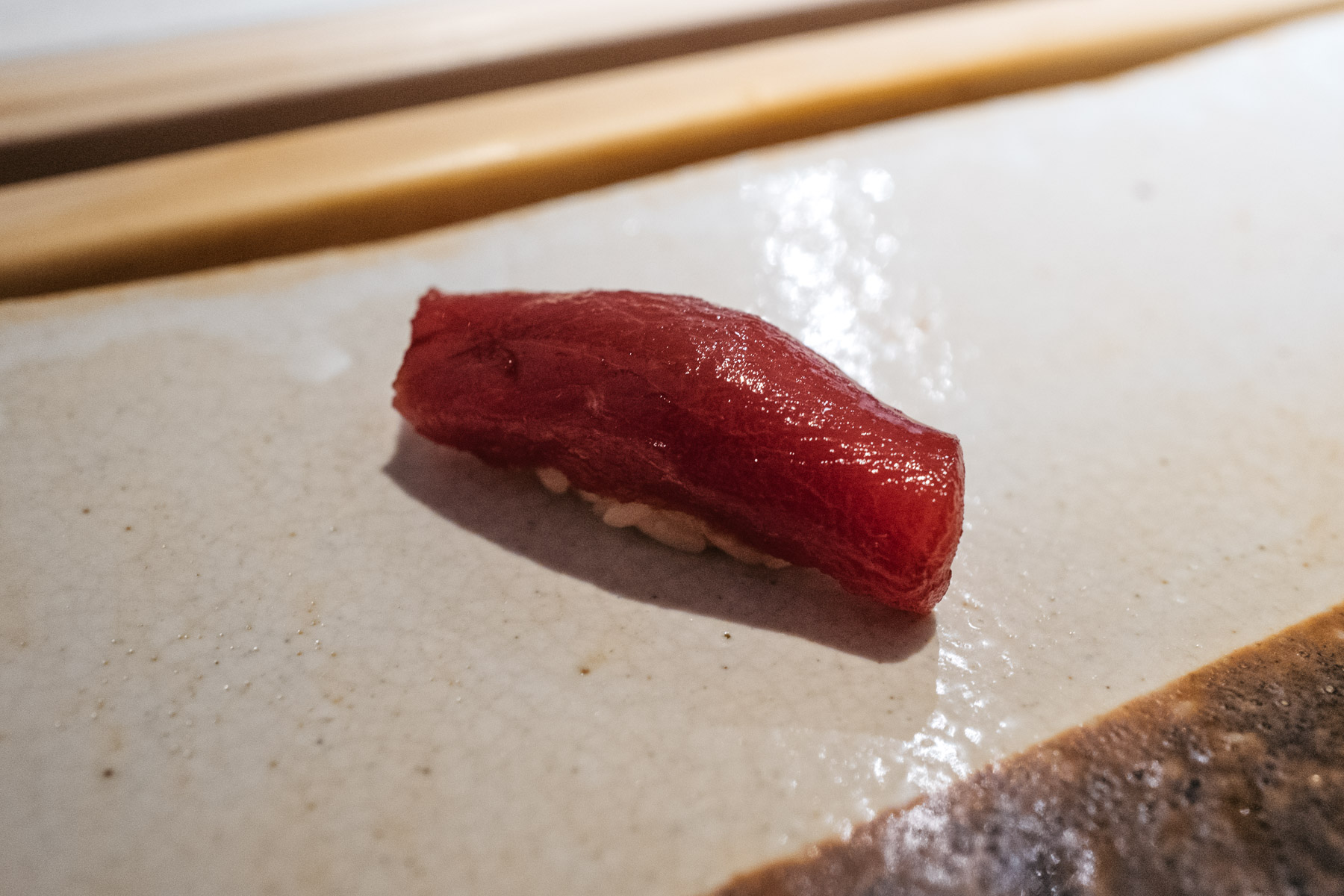 Akami maguro zuke (chuda część tuńczyka marynowana w sosie sojowym)