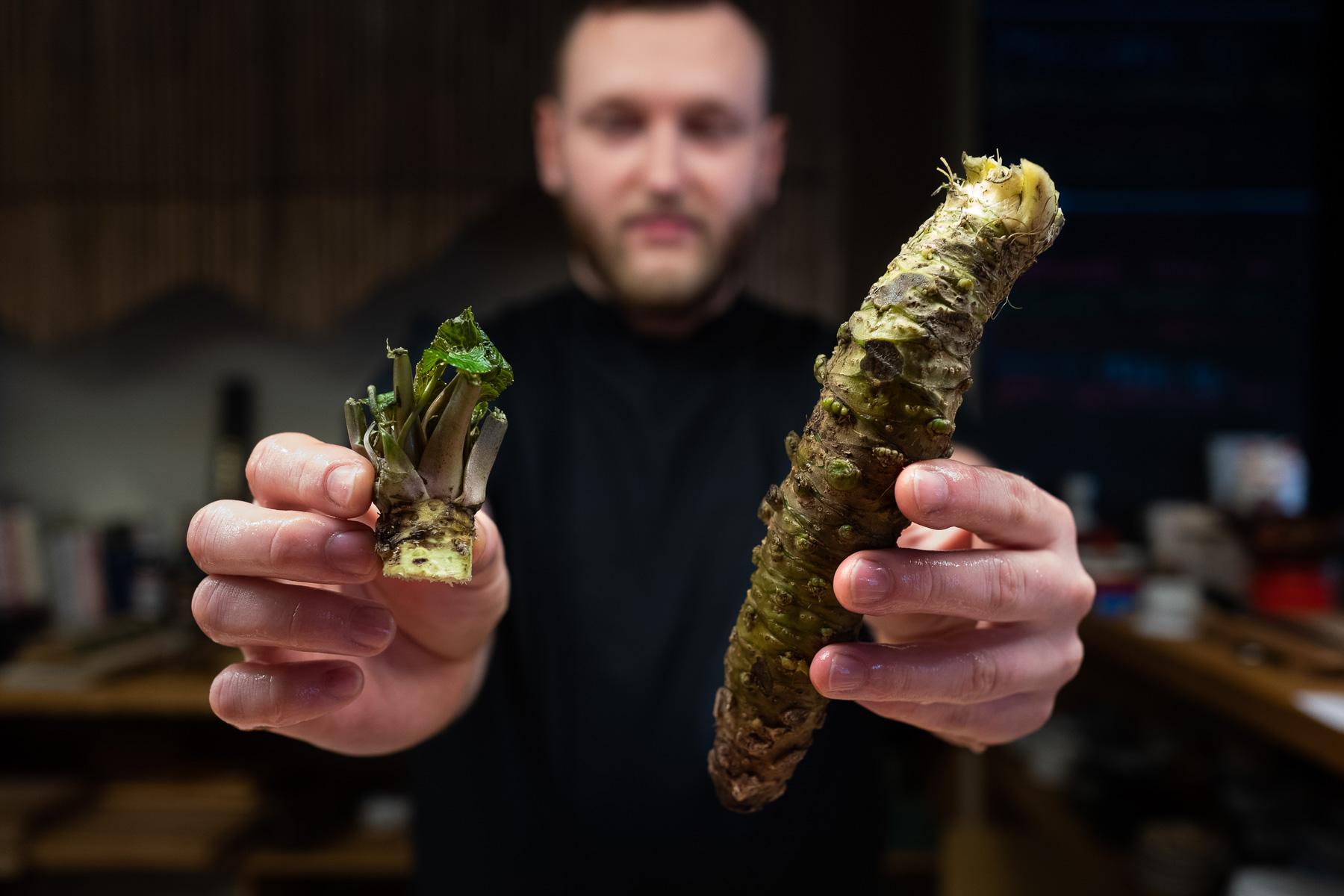 Michał Kostrzewa dzierży wasabi (Sushiya)