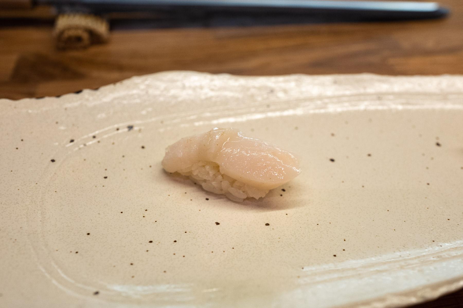 hotate (przegrzebek) z solą i yuzu