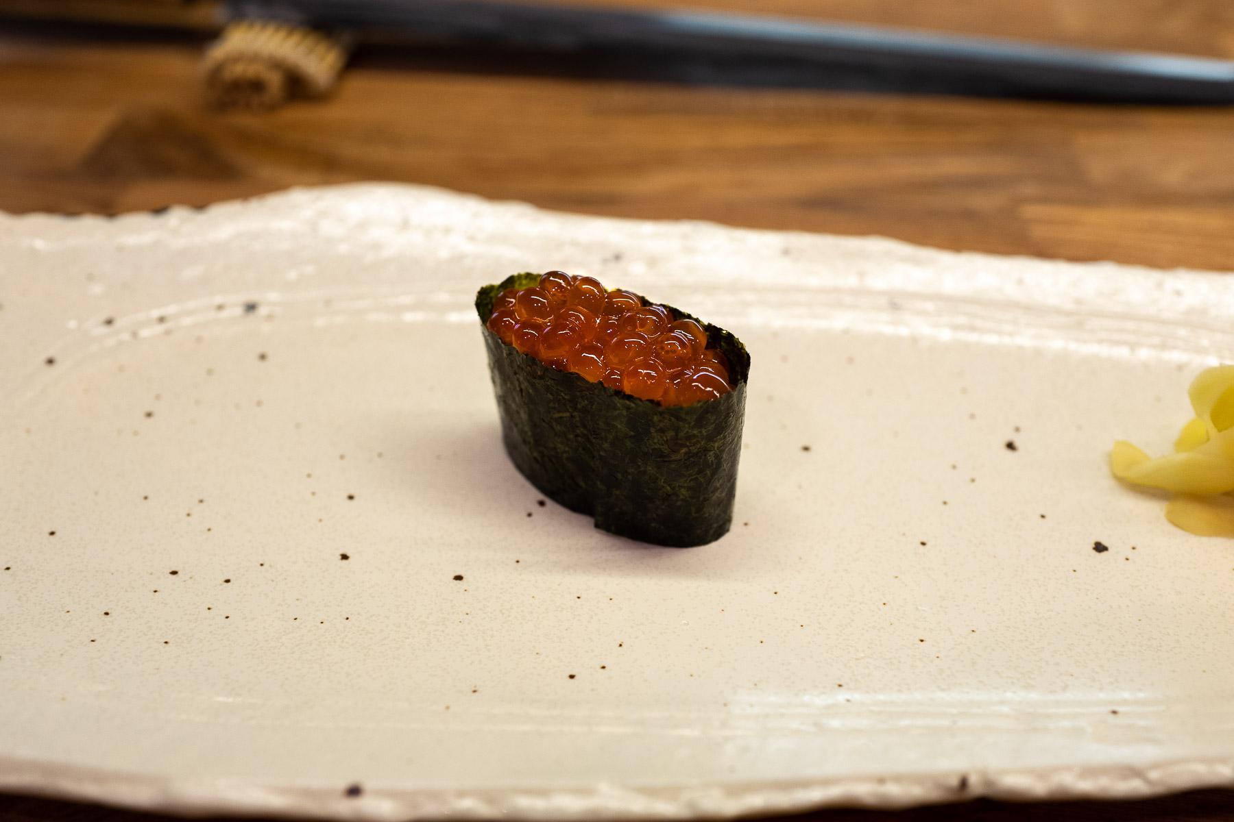 gunkan ikura (gunkan z ikrą łososia) z nikiri