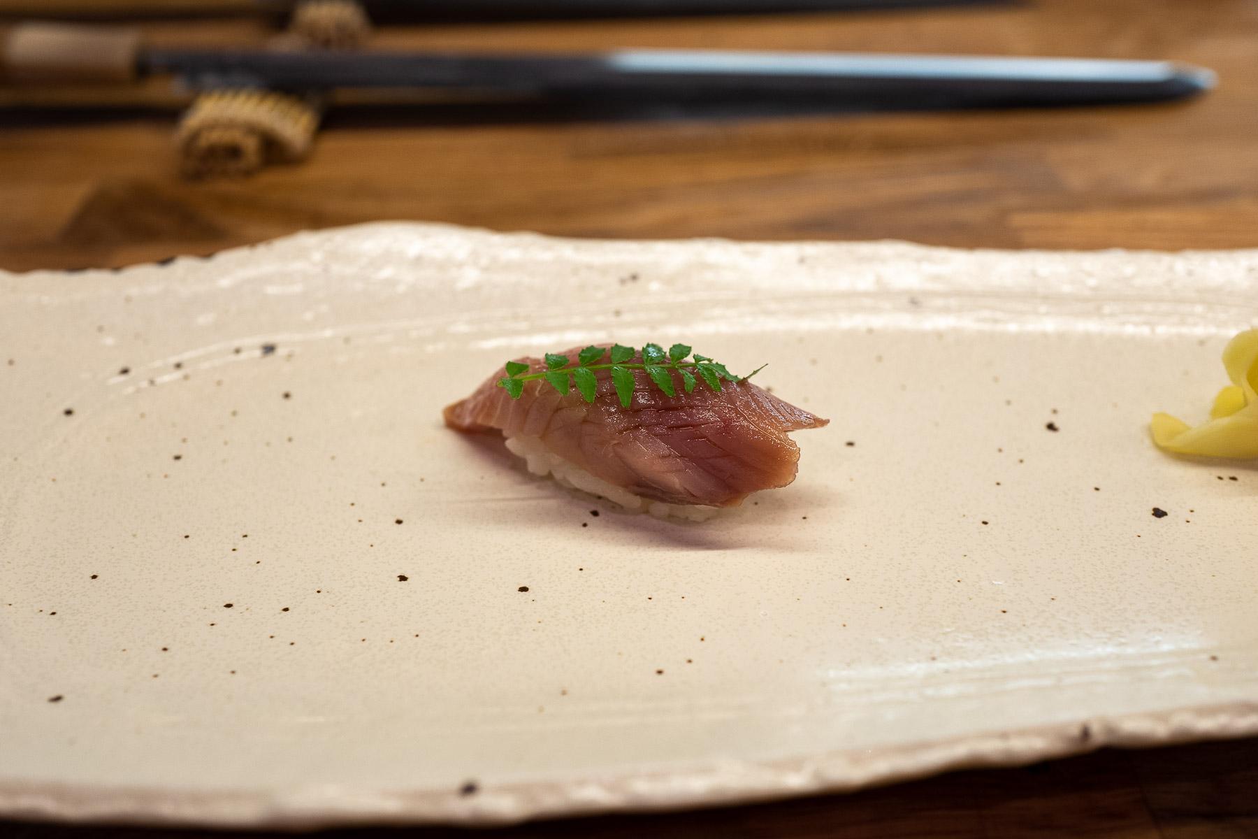 shiro maguro (tuńczyk biały) z nikiri i kinome