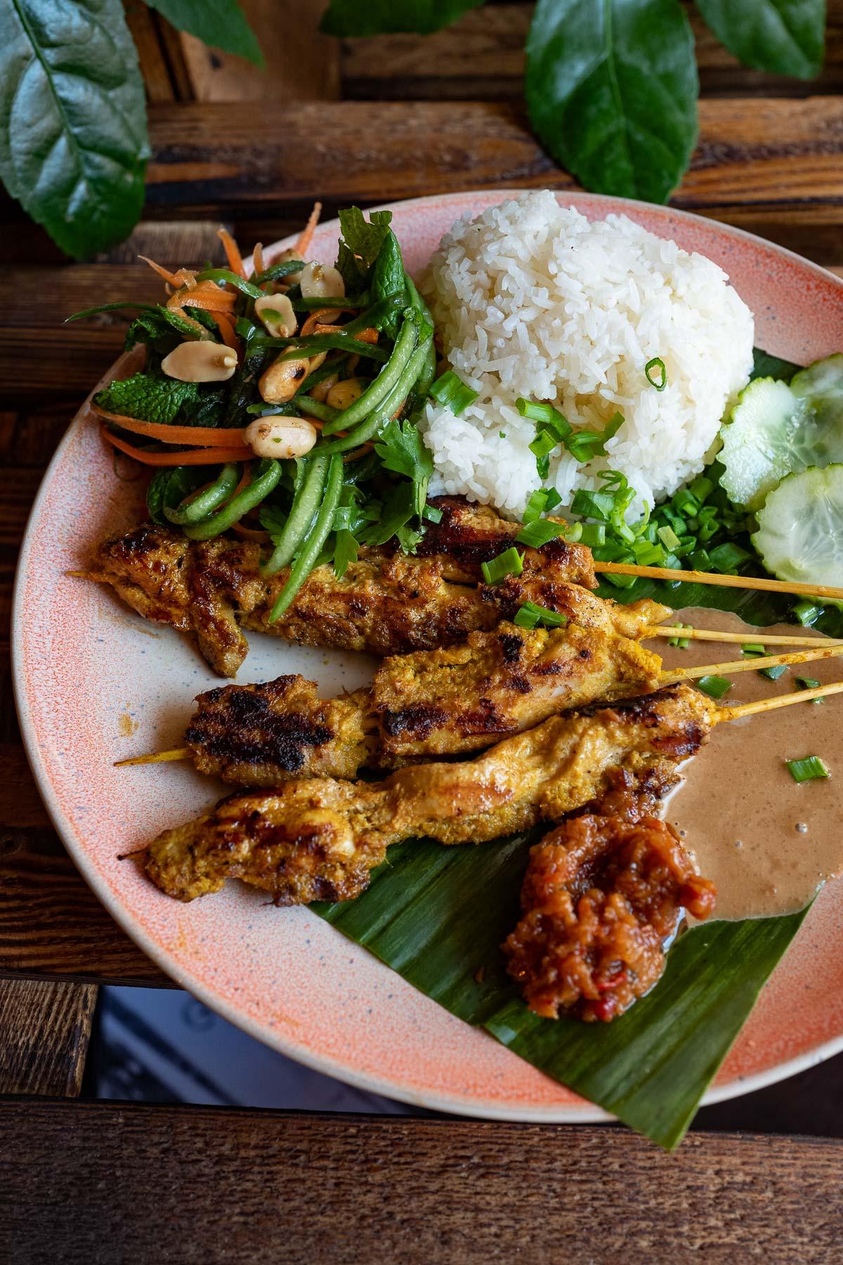 grillowane szaszłyki z orzechowym sosem – sate ayam bumbu kacang