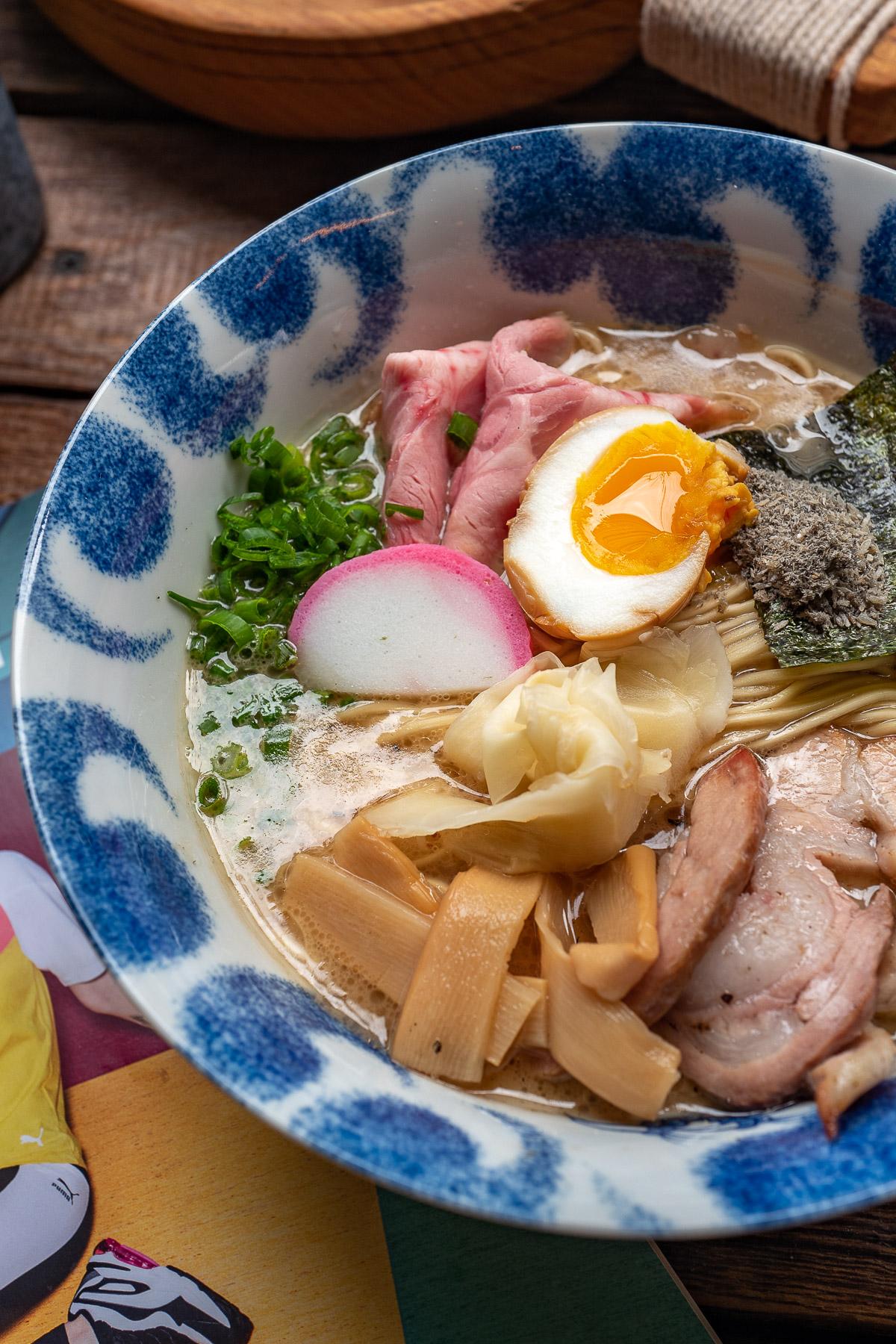 tonkotsu shoyu niboshi (dostępny też jako tsukemen) - 33 zł