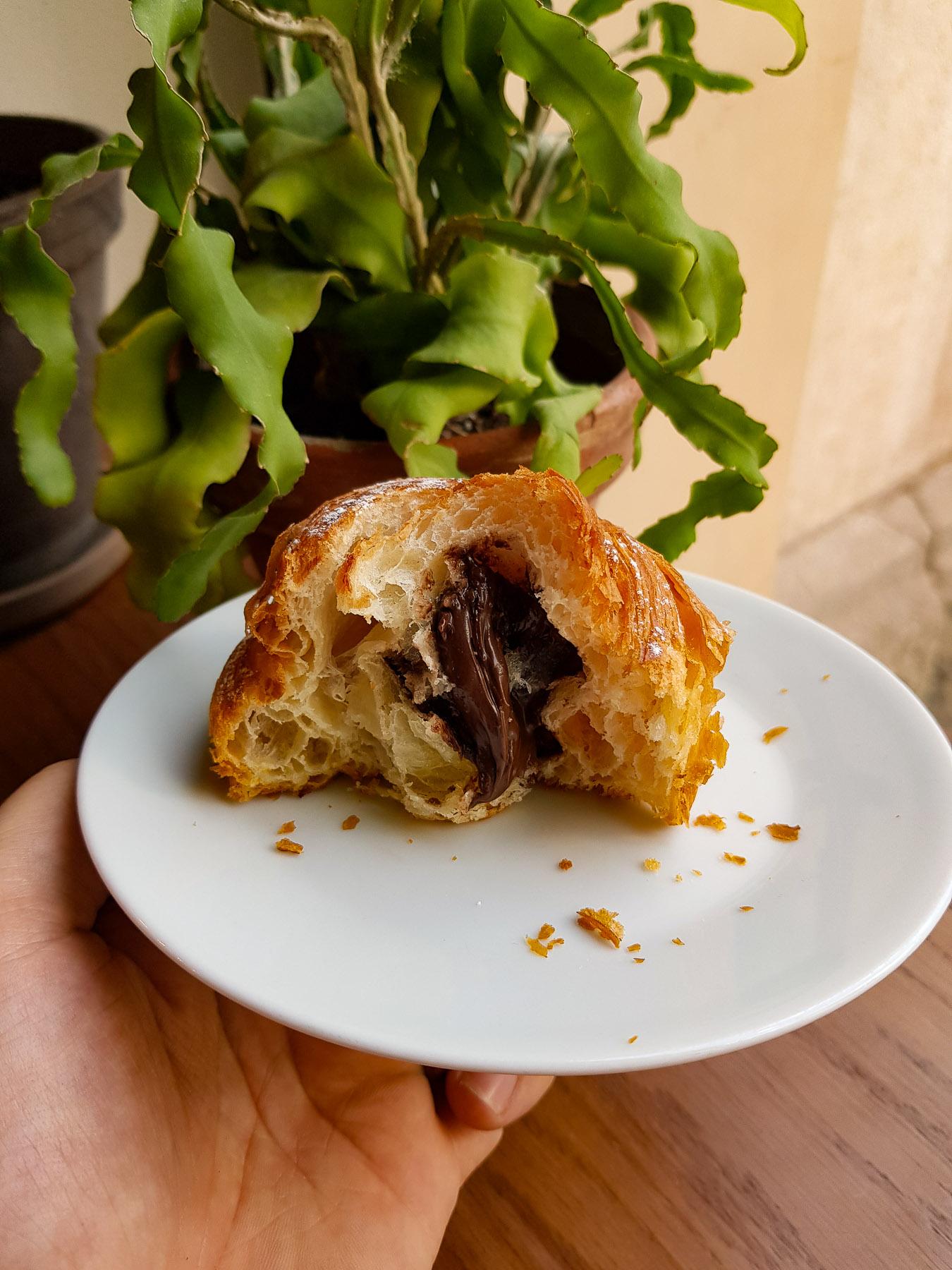 croissant z kremem czekoladowym