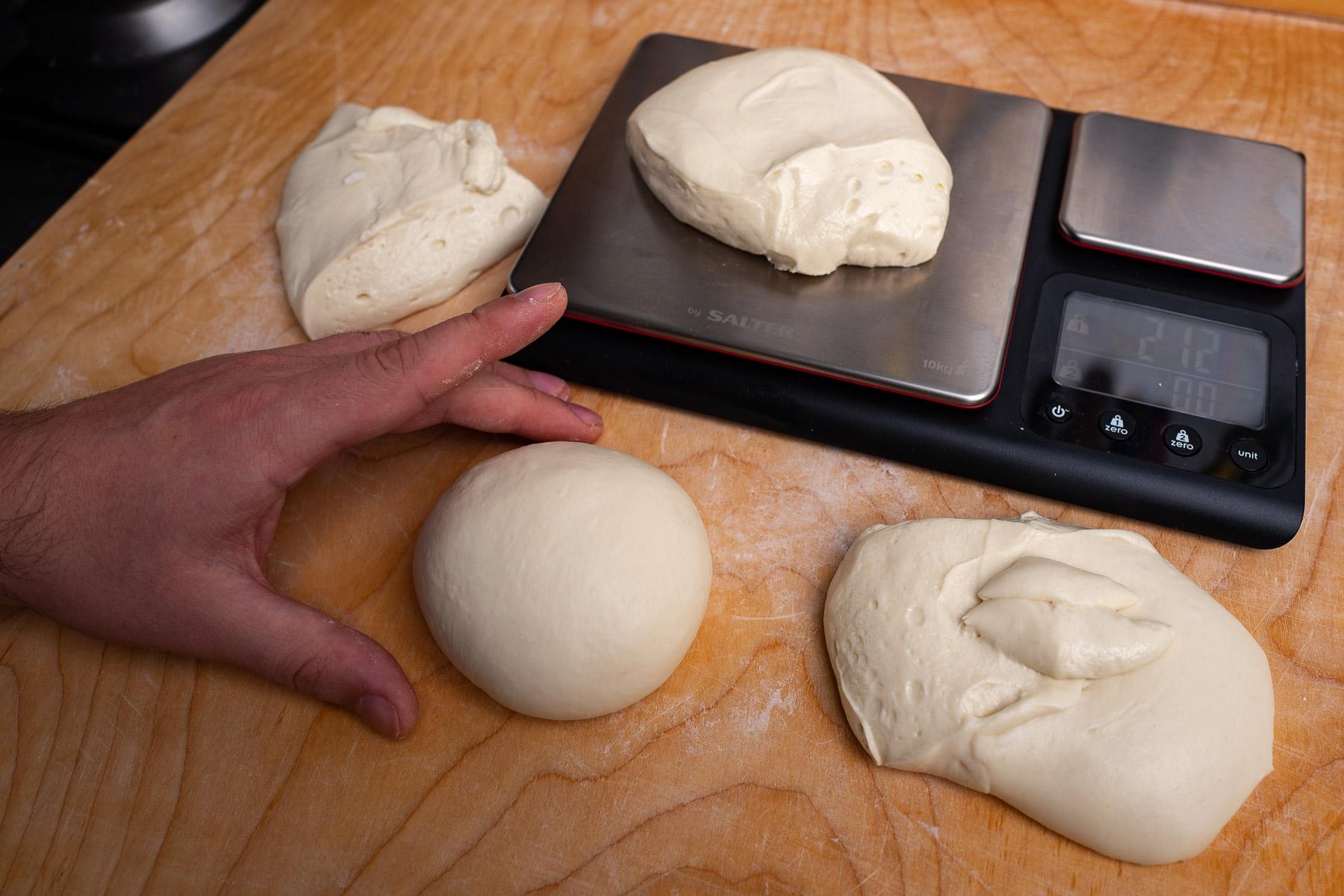 ciasto dzielimy na 4 części o tej samej wadze i formujemy kulki