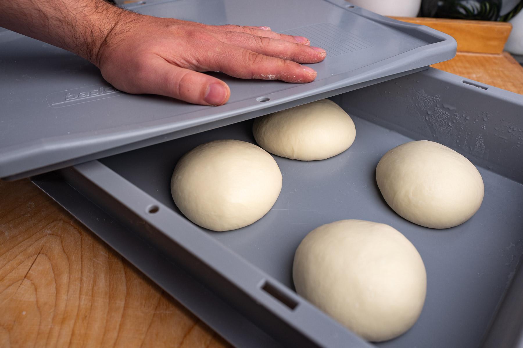 kulki ciasta umieszczamy w skrzyni, przykrywamy pokrywą i zostawiamy w temperaturze otoczenia na 7 godzin
